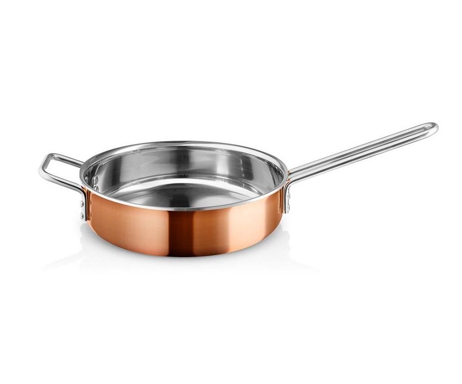 Сотейник copperСковородки<br>Сковороды и кастрюли из меди необходимы на каждой кухне – с одной стороны, потому что медь является уникальным материалом для готовки и жарки, с другой, потому что такая посуда предоставляет полный контроль за процессом готовки, так как быстро реагирует на смену температуры, что очень важно при приготовлении соусов и других сложных блюд.<br>Вся посуда для готовки имеет практичный носик, что ещё больше облегчает готовку. Подходит для всех типов плит.<br><br>Material: Медь