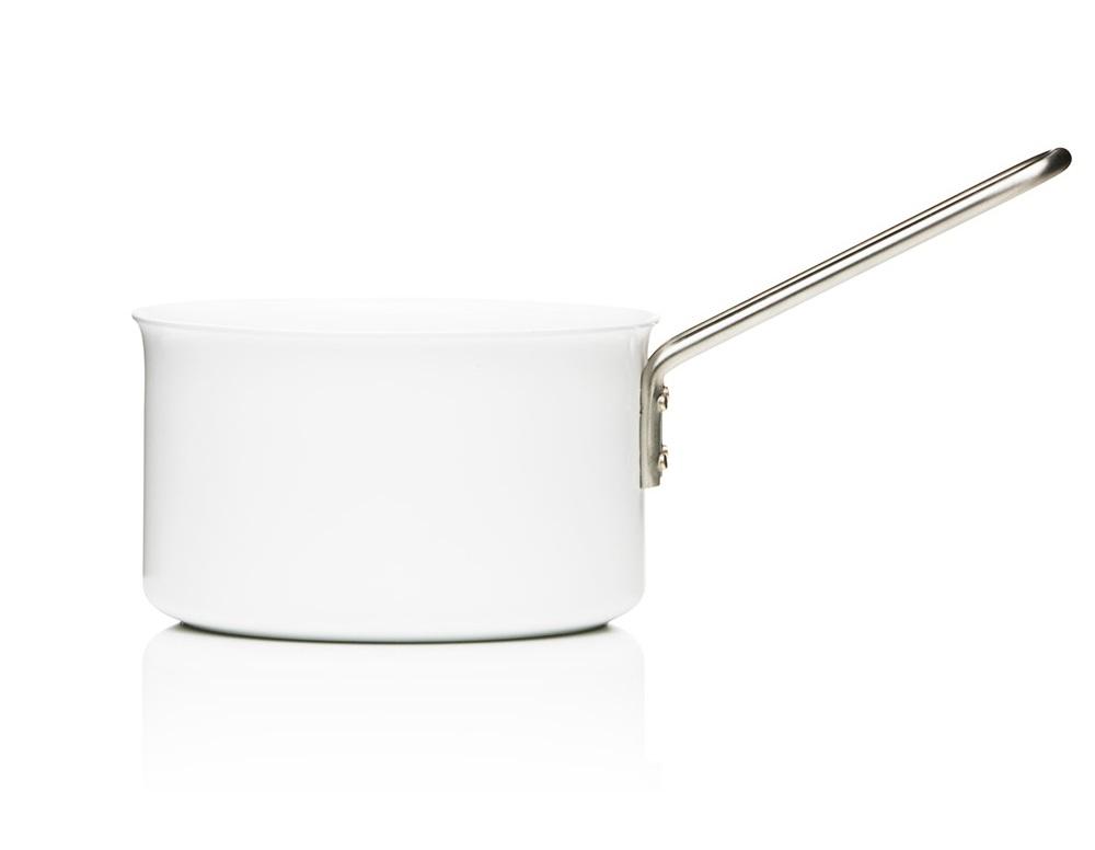 Сотейник white lineКастрюли и ковши<br>Известная серия посуды для готовки Eva Solo была разработана датскими дизайнерами для тех, кто на кухне не просто готовит, а делает это с удовольствием, подходит к процессу творчески и стремится иметь под рукой удобную и надёжную посуду. Уже 35 лет посуда Eva Solo является классикой на датском рынке.<br>Сотейник из линии White Line сочетает стиль и высокую функциональность. Элегантный белый цвет снаружи и изнутри не потемнеет благодаря специальному керамическому покрытию и простоте в уходе. Благодаря плоскому дну и высоким бортам идеально подойдёт для тушения. Подходит для любых плит.&amp;lt;div&amp;gt;&amp;lt;br&amp;gt;&amp;lt;/div&amp;gt;&amp;lt;div&amp;gt;Объем: 1,8 л.&amp;lt;/div&amp;gt;<br><br>Material: Керамика