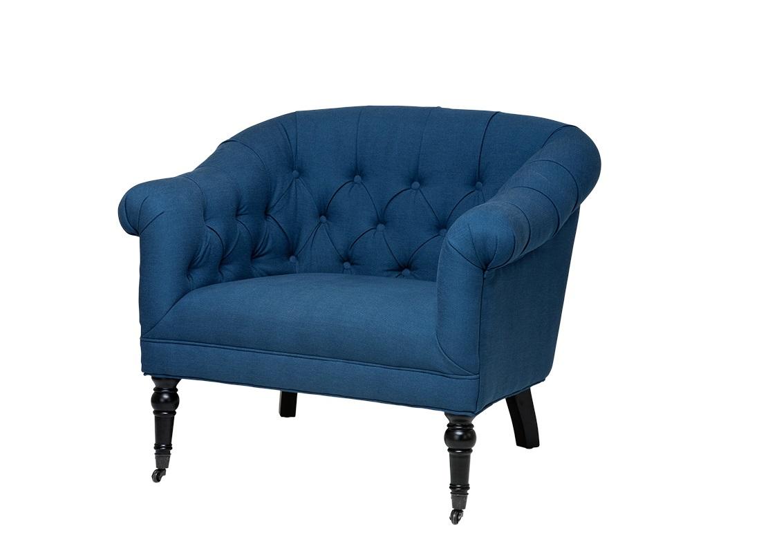 КреслоИнтерьерные кресла<br>Кресло Bentley с подлокотниками. Обтянуто тканью синего цвета. Деревянные черные ножки на колесиках. Модель выполнена в технике &amp;amp;quot;Капитоне&amp;amp;quot;. Состав: 50&amp;amp;#37; вискоза, 18&amp;amp;#37; полиэстер, 28&amp;amp;#37; лён.<br><br>Material: Текстиль<br>Ширина см: 91<br>Высота см: 76<br>Глубина см: 83
