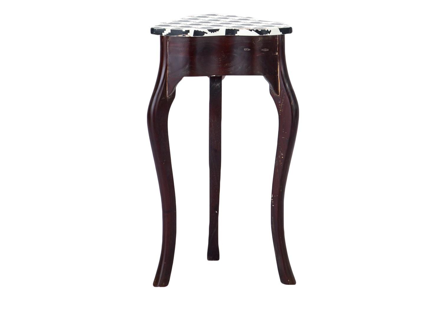 Консольный столикКонсоли с ящиками<br>Консоль (или ламповый столик) из массива дерева махагони с отделением для мелочей, столешница декорирована росписью ручной работы (рисунок гусиная лапка) и старением.<br><br>Material: Красное дерево<br>Ширина см: 44<br>Высота см: 75<br>Глубина см: 44