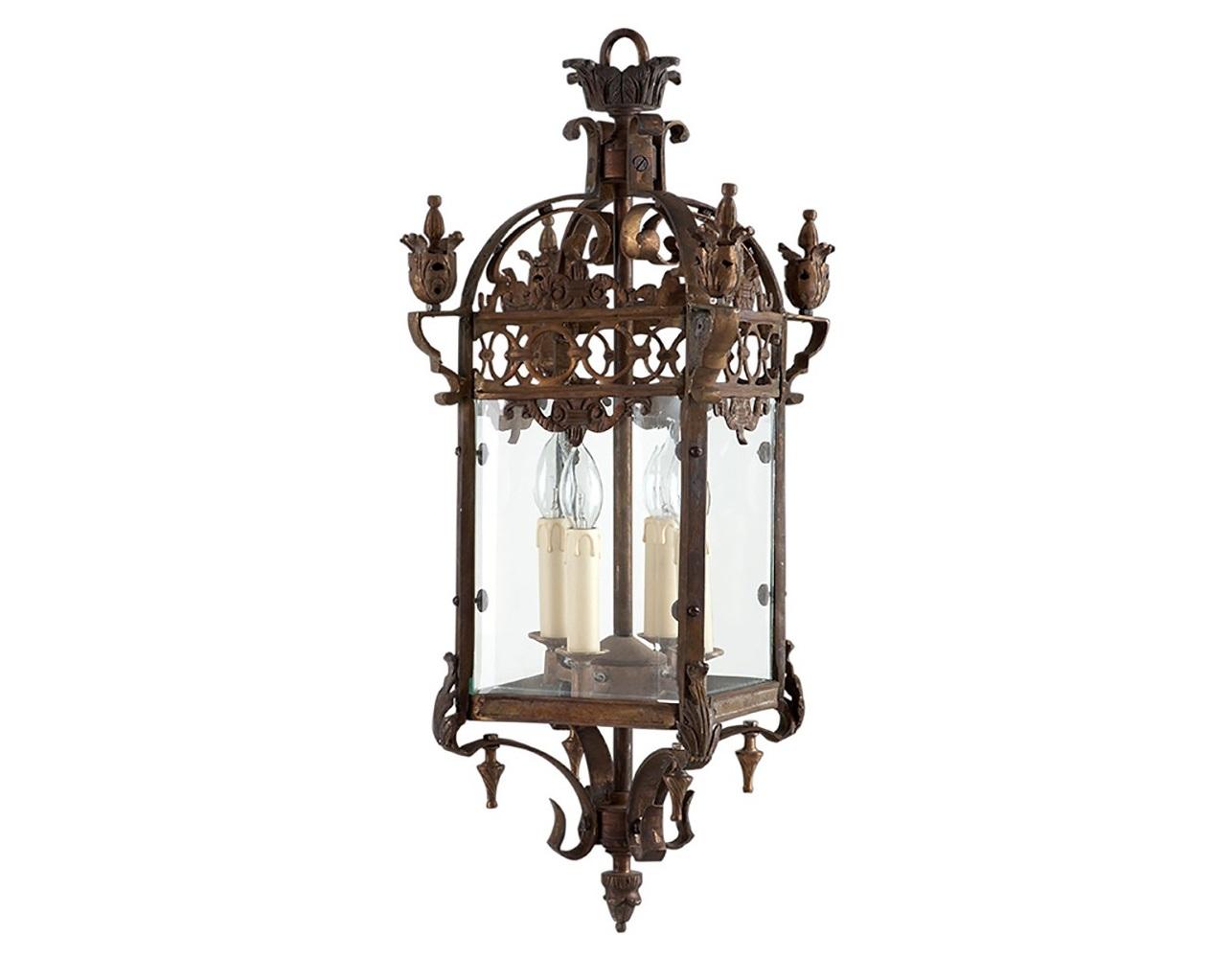 Подвесной светильникПодвесные светильники<br>Подвесной светильник-лантерна из коллекции Lantern Maintenon на арматуре из металла цвета состаренная латунь с золотой патиной. Створки плафона выполнены из прозрачного стекла.&amp;amp;nbsp;&amp;lt;div&amp;gt;&amp;lt;br&amp;gt;&amp;lt;div&amp;gt;&amp;lt;div&amp;gt;Цоколь: E14&amp;lt;/div&amp;gt;&amp;lt;div&amp;gt;Мощность: 40W&amp;lt;/div&amp;gt;&amp;lt;div&amp;gt;Количество ламп: 4&amp;lt;/div&amp;gt;&amp;lt;/div&amp;gt;&amp;lt;/div&amp;gt;<br><br>Material: Металл<br>Height см: 87<br>Diameter см: 36