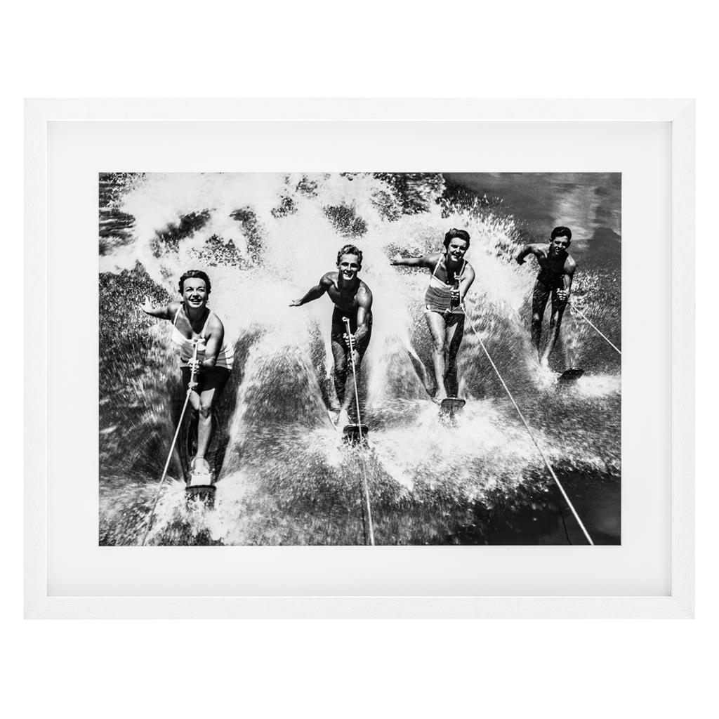 КартинаКартины<br>Постер под стеклом Prints Water Ski Splash с изображением людей на водных лыжах. Рама выполнена из дерева белого цвета.<br><br>Material: Дерево<br>Ширина см: 90<br>Высота см: 69