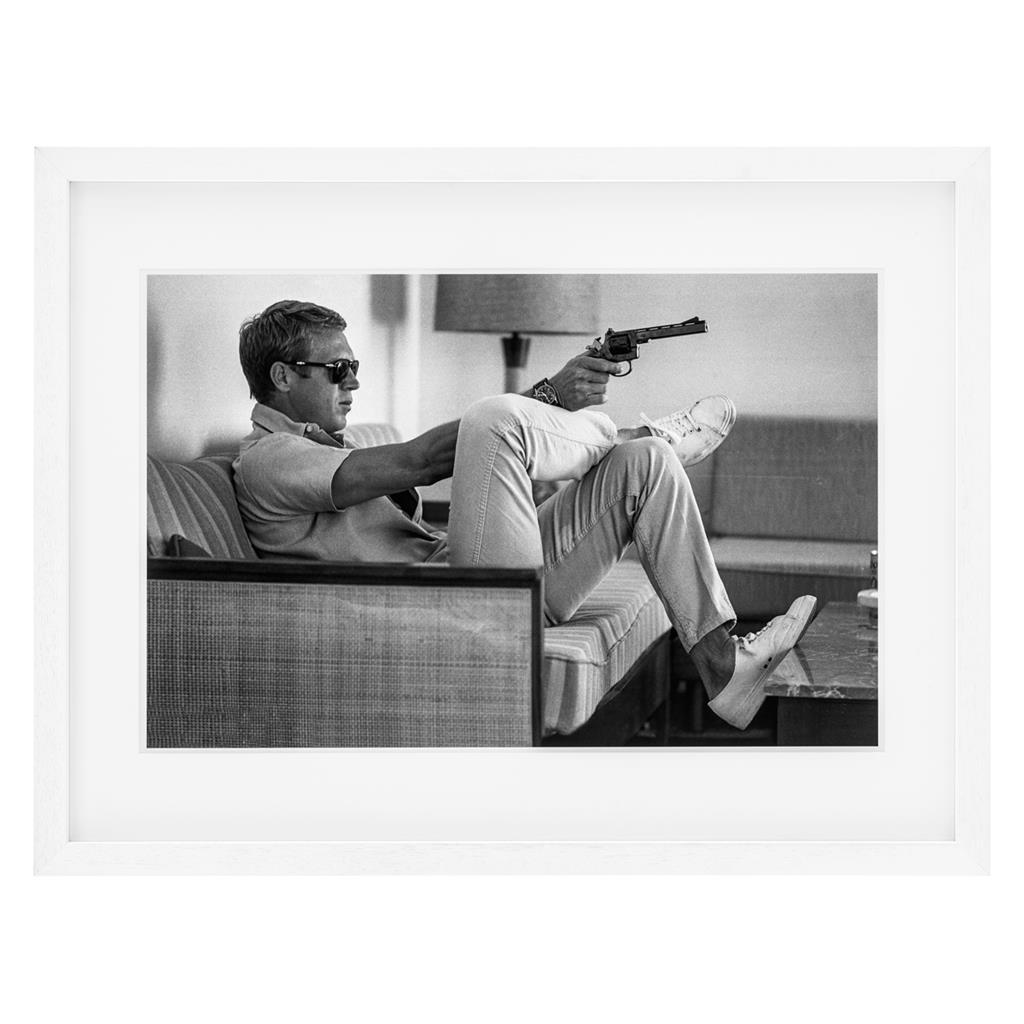 КартинаКартины<br>Постер под стеклом Prints Steve McQueen takes Aim с изображением Стива Макквина. Рама выполнена из дерева белого цвета.<br><br>Material: Дерево<br>Ширина см: 85.0<br>Высота см: 64