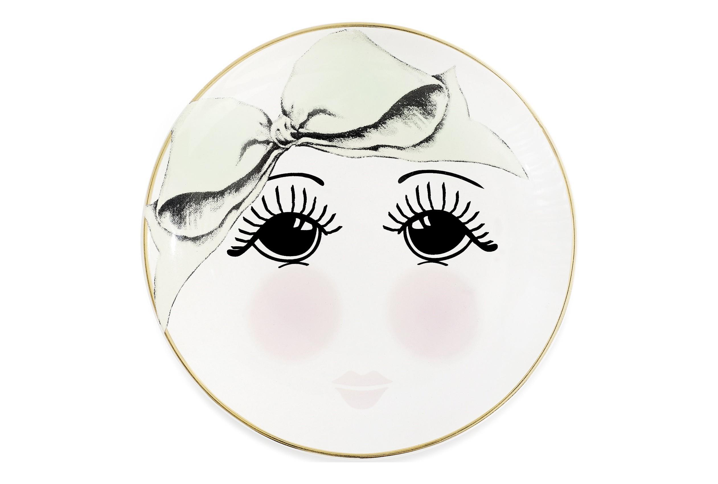 ТарелкаТарелки<br>Каждая тарелка от Miss Etoile создается с бережным отношением к деталям: очаровательные бантики, глазки, звездочки, горошки не оставят никого равнодушными, непременно поднимут настроения и оживят интерьер любой кухни! Их используют для сервировки стола, для приема пищи, и для украшения пространства вокруг вас. Выбирая тарелки от Miss Etoile, вы дарите своему дому особую атмосферу красоты и уюта!<br><br>Material: Керамика<br>Высота см: 2