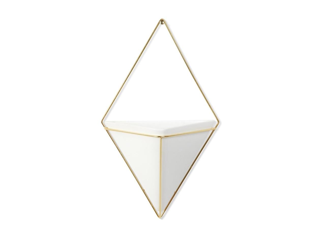 Декор для стен triggДругое<br>Строгие геометрические формы не ограничивают воображение, а наоборот, вдохновляют на творчество и создание неповторимых интерьеров. Такой просто и такой эффектный декор сочетает в себе красоту и функциональность: в керамический треугольник можно поместить разные канцелярские мелочи, косметические принадлежности - можно даже использовать его как кашпо! <br>Он вешается на любой гвоздик или вешалку и отлично сочетается с другими декорами, картинами и постерами.<br><br>Material: Керамика<br>Width см: 21<br>Depth см: 9<br>Height см: 35