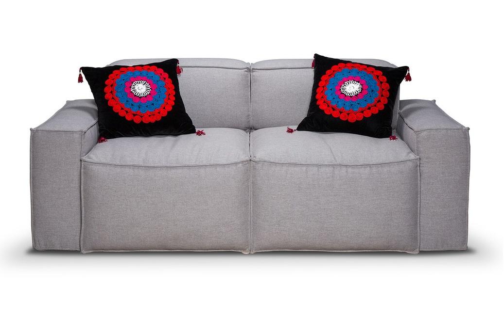 ДиванДвухместные диваны<br>Прямолинейные формы дивана объединяют в себе эргономически выверенные пропорции. Данная модель подойдет для минималистичных интерьеров, а благодаря внешним защипам сделает диван незаменимым в лофтовых пространствах. Мягкий пенополиуретан обеспечивает комфортную посадку подушек сиденья и спинки. Каркас выполнен из бруса хвойных пород дерева. Низкая посадка дивана делает его располагающим для отдыха в любое время суток.<br><br>Material: Текстиль<br>Ширина см: 181<br>Высота см: 58<br>Глубина см: 86