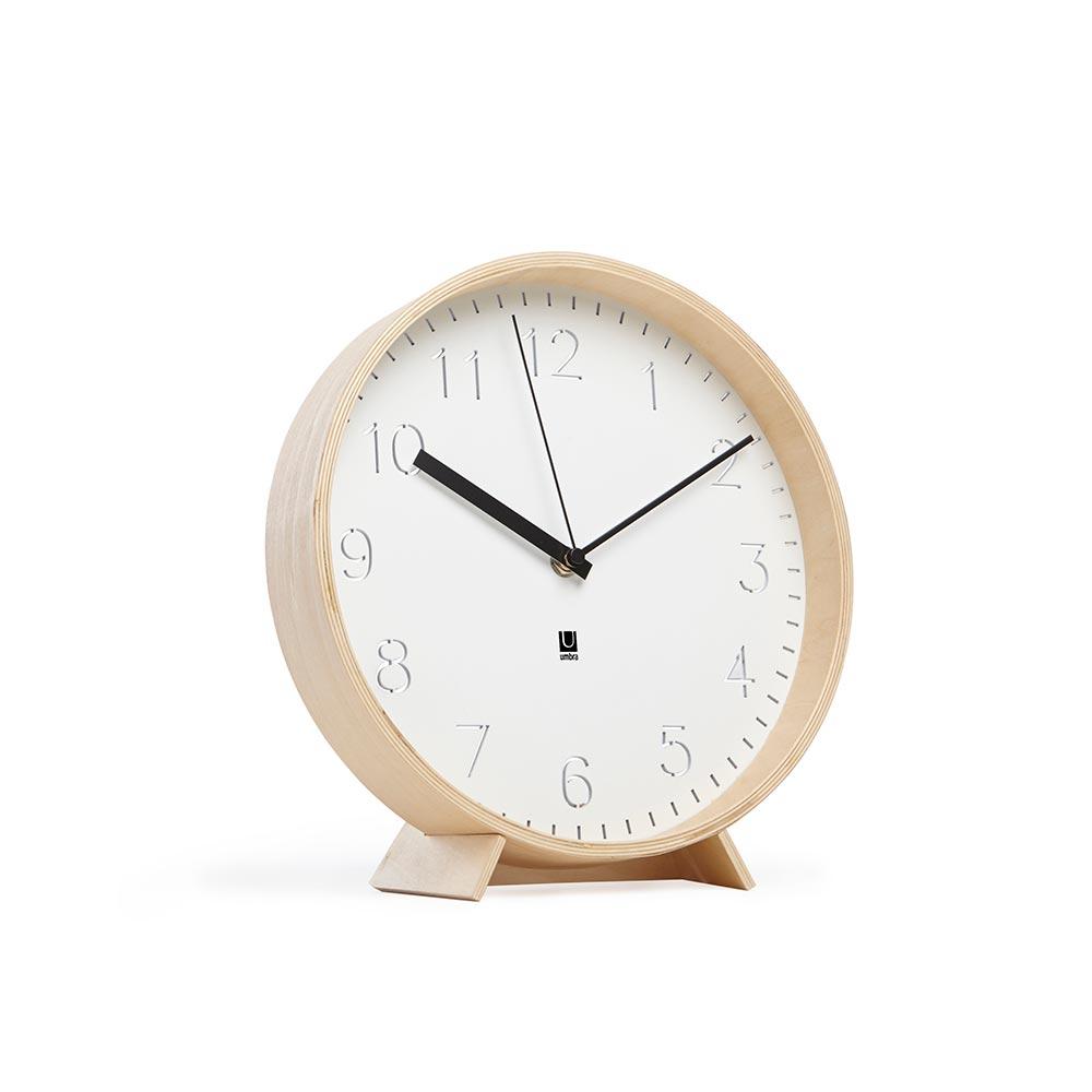 Часы настенные rimwoodНастенные часы<br>Стиль и функциональность в минималистичном исполнении: часы Rimwood сделаны из благородного сочетания натурального дерева в ободе и стали на циферблате. Цифры выгравировны в металле и выглядят очень эффектно. Стрелки разных цветов добавляют оригинальности и отлично смотрятся. Часы можно повесить на стену или поставитьна стол (подставка идёт в комплекте).<br><br>Material: Дерево<br>Depth см: 5<br>Diameter см: 26,6