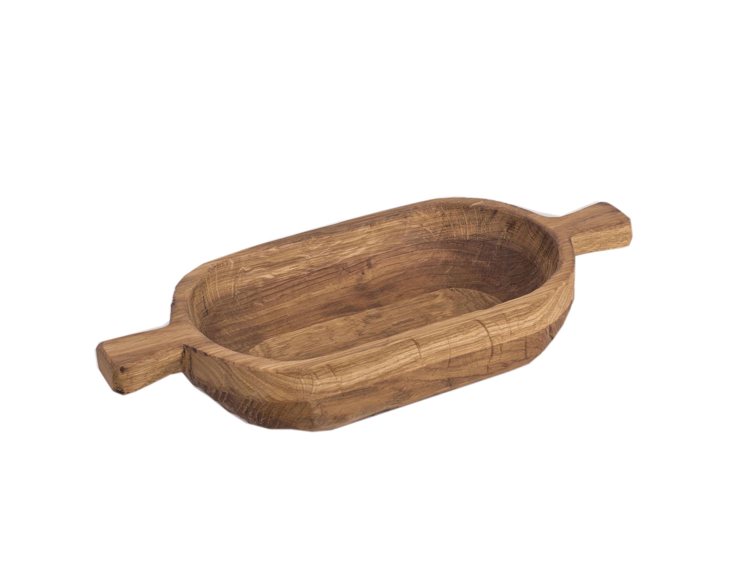 ПлошкаДекоративные блюда<br>Данная посуда вдохновлена традиционными русскими формами - посудой, которую использовали в повседневной жизни на Руси: ковши, чарки, братины, кубки. Эти старинные формы актуальны и сейчас. Они отлично подходят для сервировки фруктов, салатов, лапши, других блюд и для украшения современных интерьеров. Покрытие: льняное масло. Сделано вручную. Изделие подходит для использования в пищевых целях. При активном использовании рекомендуется раз в месяц обновлять покрытие растительным маслом.<br><br>Material: Дуб<br>Ширина см: 32<br>Высота см: 13<br>Глубина см: 18