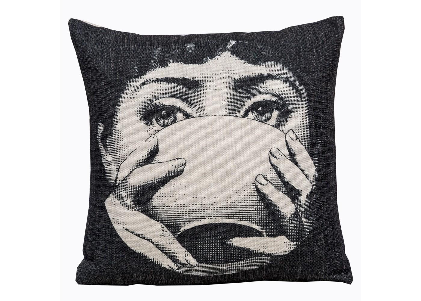 Арт-подушка Лина, версия Tea TimeКвадратные подушки и наволочки<br>Стильные черно-белые аксессуары обладают особой выразительностью, придающей обычным вещам театральную загадочность и интригу. Шелковистая натуральная ткань, воздушный наполнитель, магнетичный рисунок, - декоративные подушки &amp;quot;Лина&amp;quot; откликаются на любые условия эргономичного отдыха, столь желанного Вам и Вашему убранству.&amp;lt;div&amp;gt;&amp;lt;br&amp;gt;&amp;lt;/div&amp;gt;&amp;lt;div&amp;gt;&amp;lt;br&amp;gt;&amp;lt;/div&amp;gt;&amp;lt;iframe width=&amp;quot;530&amp;quot; height=&amp;quot;315&amp;quot; src=&amp;quot;https://www.youtube.com/embed/MqeeEoEbmPE&amp;quot; frameborder=&amp;quot;0&amp;quot; allowfullscreen=&amp;quot;&amp;quot;&amp;gt;&amp;lt;/iframe&amp;gt;<br><br>Material: Текстиль<br>Width см: 45<br>Depth см: 15<br>Height см: 45