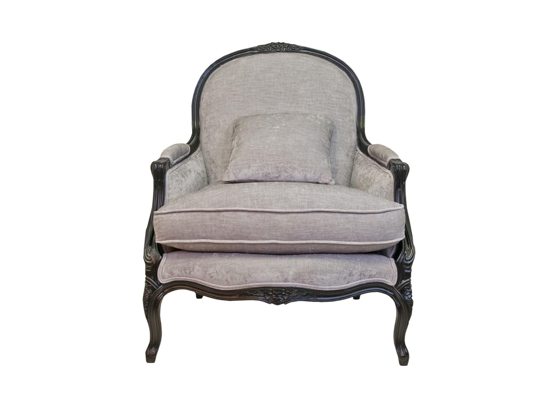 Кресло классическое AldoИнтерьерные кресла<br>Кресло Aldo — элегантная модель в стиле классика, которая потрясает своей красотой и удобством. У него изящные резные ножки, локотники в виде мягких валиков и глубокое, невероятно мягкое сидение. Нейтральный оттенок обивки позволит креслу удачно вписаться в любую цветовую композицию.<br><br>Material: Велюр<br>Ширина см: 84<br>Высота см: 103<br>Глубина см: 85