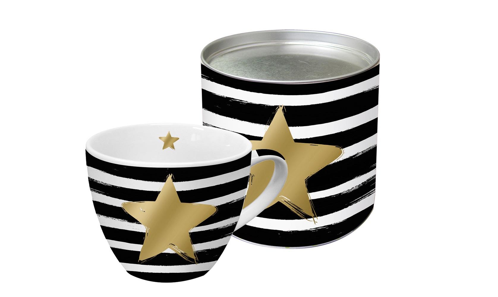 Кружка в подарочной упаковке Star &amp; stripesЧайные пары, чашки и кружки<br>Яркая большая кружка будет прекрасным подарком для друзей, а также родных и близких людей. Это не только красивый, но и функциональный подарок, который не оставит равнодушным даже самого взыскательного любителя ароматного чая.<br>Модель выполнена из высококачественного фарфора с нанесением принта. Кружка имеет большой объем – 0,45 Л, поэтому подходит для чая, пунша, морса и других любимых напитков. Главная особенность кружки – это стильная аппликация в виде звезды из настоящего золота. К кружке прилагается подарочная коробка с идентичным оформлением.<br><br>Material: Фарфор<br>Высота см: 9