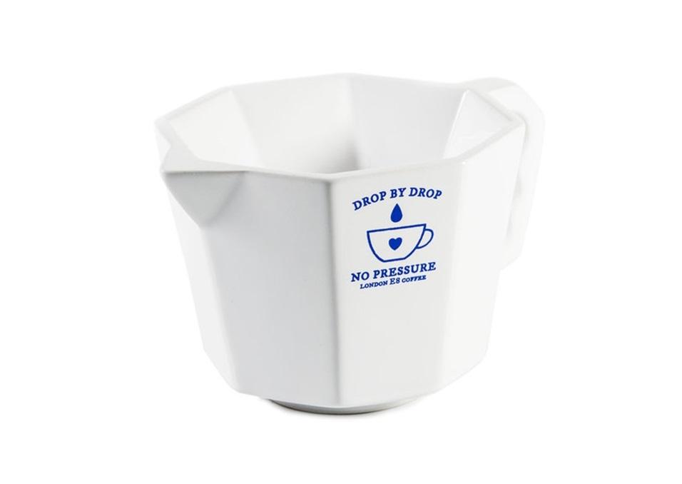 Кофеварка Сoffee dripperКофейники и молочники<br>Емкость для заваривания кофе капельным способом. Своим дизайном напоминает классическую итальянскую кофеварку для эспрессо, однако принцип приготовления кофе в ней принципиально отличается от обычного.<br>Для получения готового напитка необходимо пропустить кипяток через установленный в кофеварку фильтр с молотым кофе. По мнению многих ценителей, такой метод заваривания  сохраняет вкус и аромат кофейных зерен куда более насыщенным, чем при использовании кофе-машины. <br>Для совместного применения можно использовать стандартные кофейные фильтры.<br><br>Material: Керамика<br>Ширина см: 16<br>Высота см: 11<br>Глубина см: 9