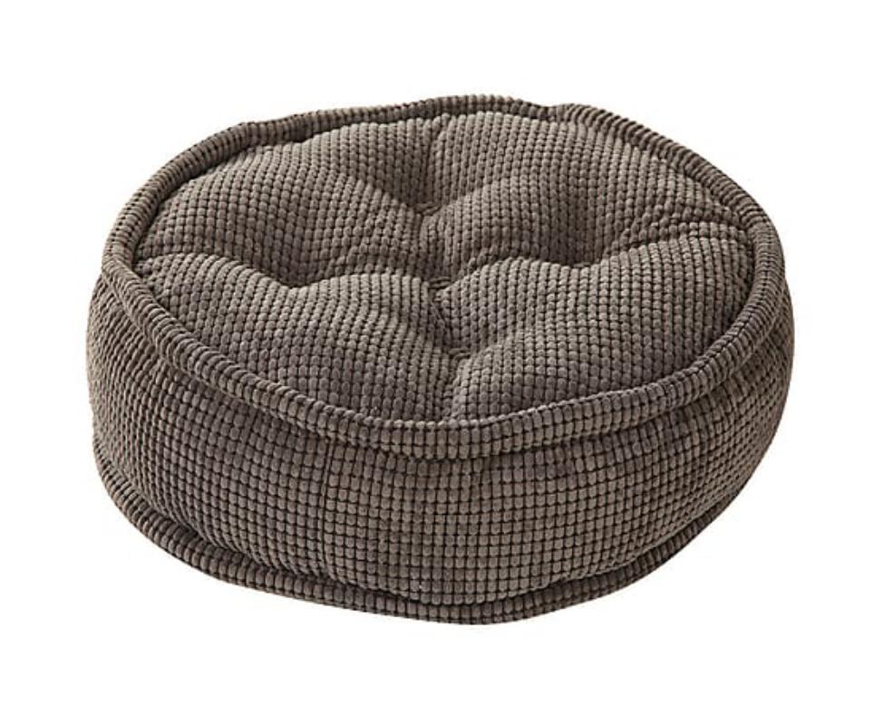 Круглый пуф Coal pearlsФорменные пуфы<br>Плоский круглый пуф &amp;quot;Coal Pearls&amp;quot; ? дополнение, которое органично впишется в любое пространство современных апартаментов. В гостиной у камина, холле у вешалки, спальне или оригинальной кальянной он будет выглядеть потрясающе. Кроме интересного внешнего вида, выполненного в сдержанном стиле лофт, такой предмет мебели покорит вас повышенной комфортностью. Пенополистирольные шарики, наполняющие пуф, подарят непревзойденное удобство при отдыхе, так как окутают тело мягкостью, какое бы положение вы ни приняли.<br><br>Material: Текстиль<br>Высота см: 20