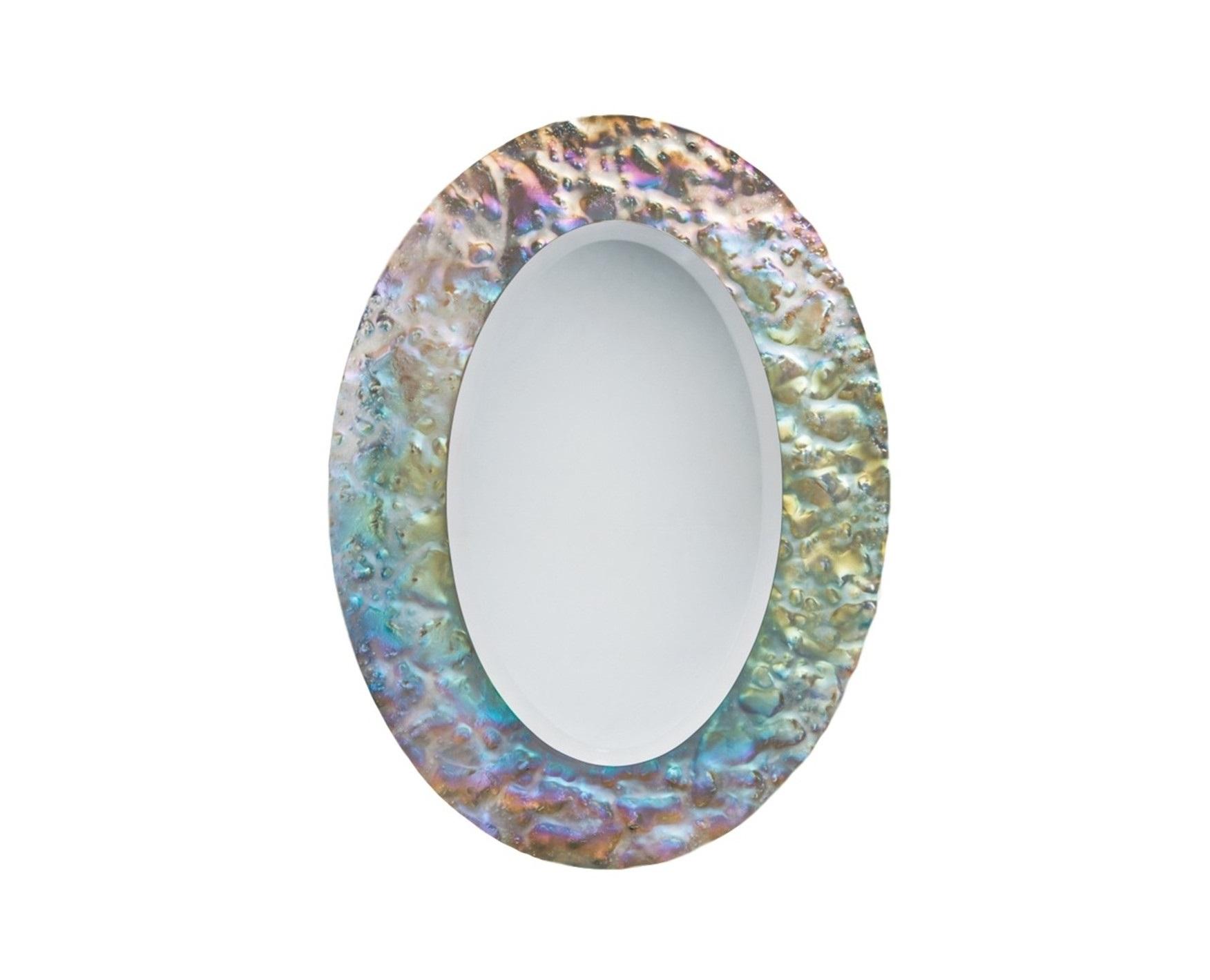 Зеркало Эллипс PearlНастенные зеркала<br>Застывшее мгновение вечности. Зеркало Эллипс так прекрасно, что перехватывает дух. Солнечные лучи, искусственное освещение – любой свет, попадающий на поверхность обрамления эллипса, создает неповторимую игру бликов. Настоящий танец света.  Обрамление зеркала имитирует поверхность жемчуга .&amp;amp;nbsp;<br><br>Material: Стекло<br>Ширина см: 74<br>Высота см: 104<br>Глубина см: 5