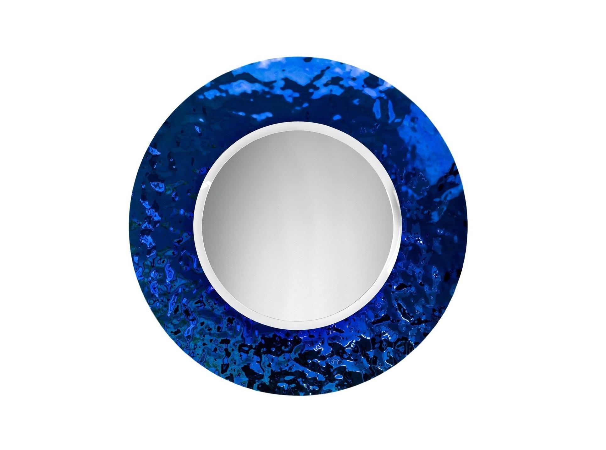 Зеркало Круг IndigoНастенные зеркала<br>Зеркало уже не может быть просто зеркалом, если его обрамлением является авторская работа братьев Фомичевых. Такое круглое зеркало в необычной рамке, способно украсить даже самый тусклый интерьер. Это полноценный арт-объект. Внушительные размеры, безупречный блеск стекла — в таком зеркале смотреть на свое отражение сплошное удовольствие.    Обрамление зеркала выполнено в ярко-синем цвете .  Зеркало в собранном виде и в комплекте есть крепления.<br><br>Material: Стекло<br>Height см: 5<br>Diameter см: 88
