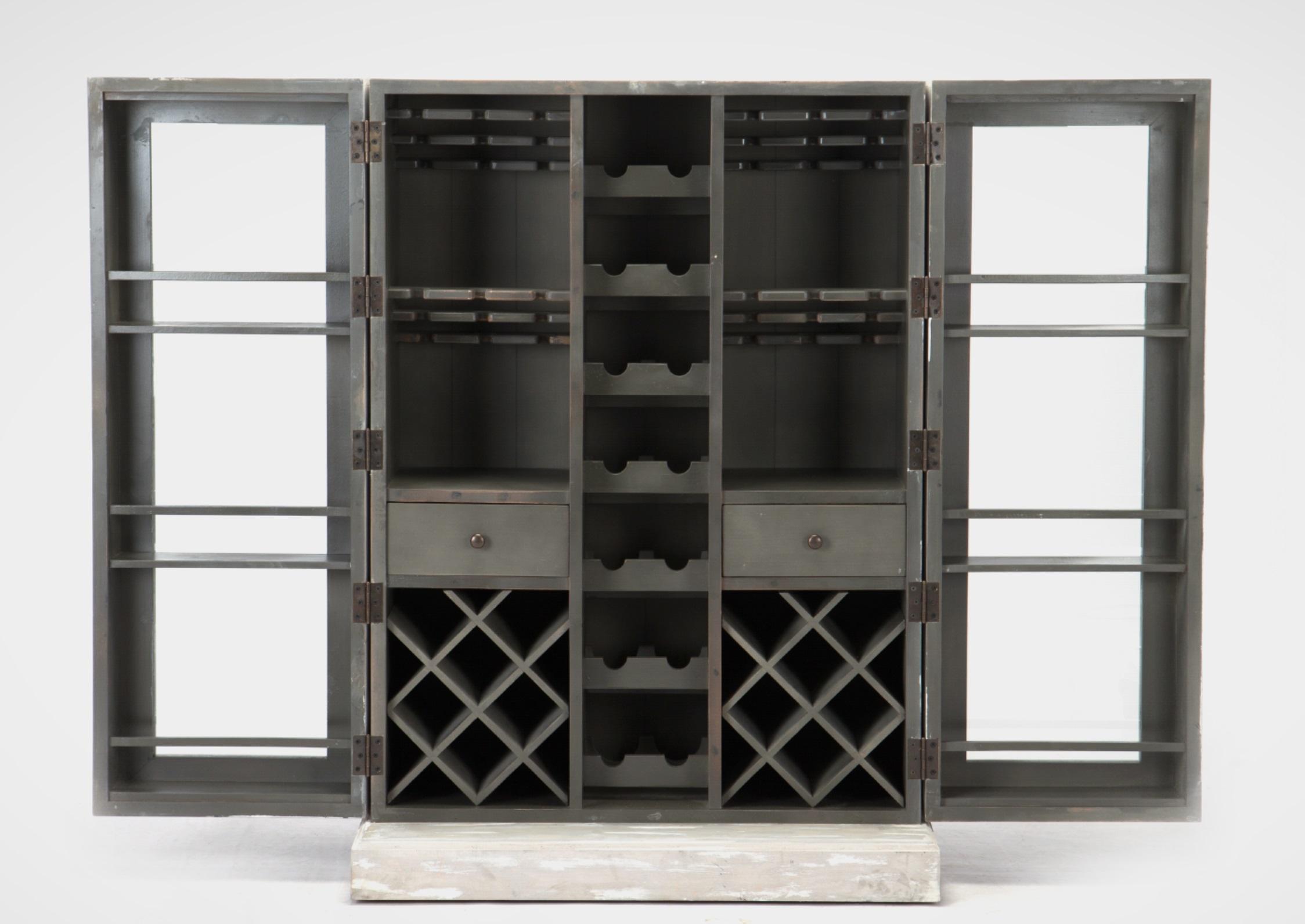 Винный шкафВинные шкафы<br>Шкаф-бар с множеством отделений для вин и держателей для бокалов, передвижной на колесиках. Внутри два выдвижных ящика. Дверцы со стеклом имеют полочки и распахиваются на 180 градусов.<br><br>Material: Дерево<br>Width см: 94<br>Depth см: 50<br>Height см: 131