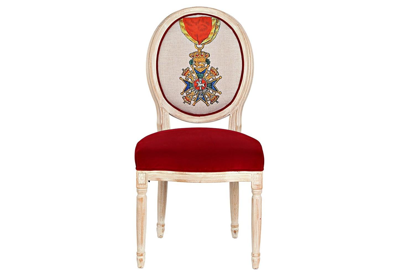 Стул «Орден Генриха Льва, Бавария»Обеденные стулья<br>Стул «Орден Генриха Льва &amp;quot;Рыцарь Первой степени&amp;quot;, Бавария» - визитный предмет гостиной комнаты и столовой, спальни и кабинета, студии и холла. &amp;quot;Орден Генриха Льва &amp;quot;Рыцарь Первой степени&amp;quot; учрежден в 1834 году герцогом Вильгельмом в память своего предка Генриха, прозванного Львом. Корпус, подражающий королевским традициям эпохи Луи-Филиппа, украшен резьбой, кольцами и желобками. Шикарный эффект производит комбинация обивочных тканей стула. Матовая льняная фактура спинки оттеняет сочные отблески красного бархата сиденья. &amp;lt;div&amp;gt;&amp;lt;br&amp;gt;&amp;lt;/div&amp;gt;&amp;lt;div&amp;gt;Материал: каркас - бук; обивка спинки - 29% лен, 9 % хлопок, 72% полиэстер, тефлоновое покрытие против пятен; обивка сиденья - бархатная ткань: 90% хлопок, 10% полиэстер&amp;lt;br&amp;gt;&amp;lt;/div&amp;gt;<br><br>Material: Бук<br>Ширина см: 62<br>Высота см: 101<br>Глубина см: 50