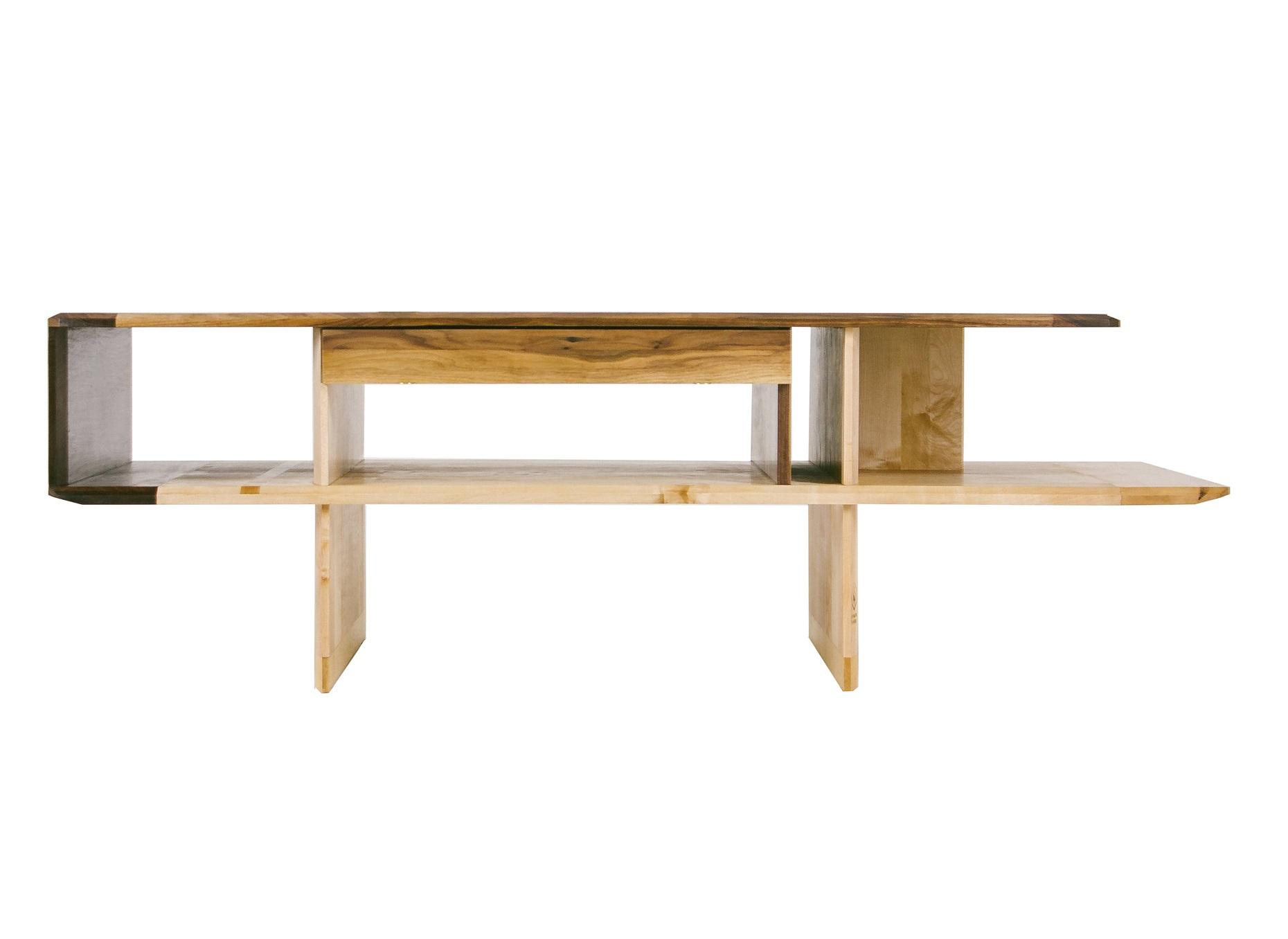 Стол ArgosyЖурнальные столики<br>Журнальный или кофейный стол из массива клена, со столешницей и ящиками из американского ореха. С каждой стороны — ящик с вогнутым фасадом и красивыми маленькими ручками из латуни, поэтому ARGOSY всегда занимает центральную и решающую позицию в помещении. Отделка — натуральное масло, делающее фактуру дерева на ощупь необыкновенно шелковистой.&amp;amp;nbsp;<br><br>Material: Орех<br>Width см: 175<br>Depth см: 82<br>Height см: 55