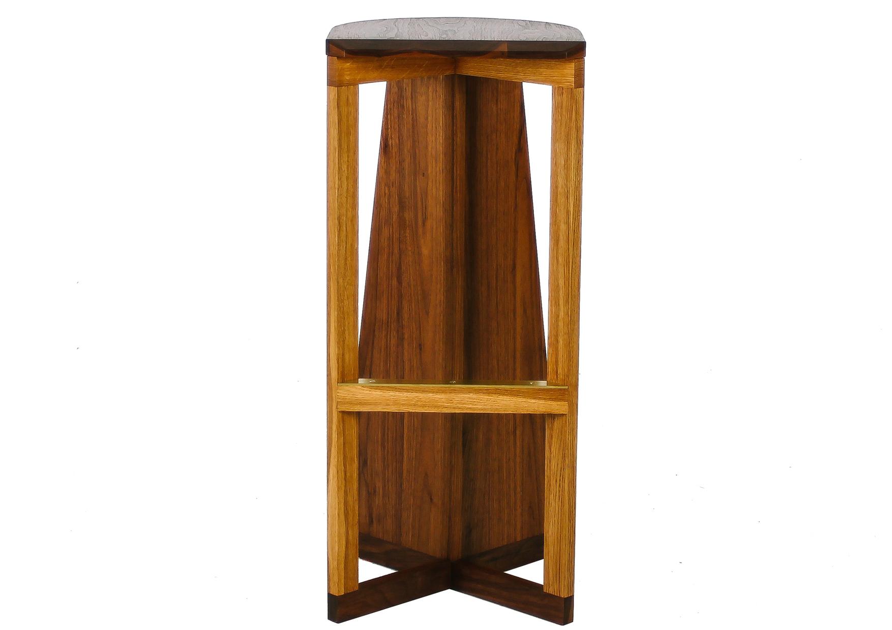 Барный стул Massive FlyБарные стулья<br>Высокий табурет из массива американского ореха с необычным полукруглым сидением. Латунная деталь добавляет веса и устойчивости барному стулу и продлевает его срок службы. Этот барный стул называется Massive Fly, потому что его задние ножки это не ножки, это крылья невиданного насекомого.&amp;amp;nbsp;<br><br>Material: Орех<br>Width см: 32<br>Depth см: 32<br>Height см: 75