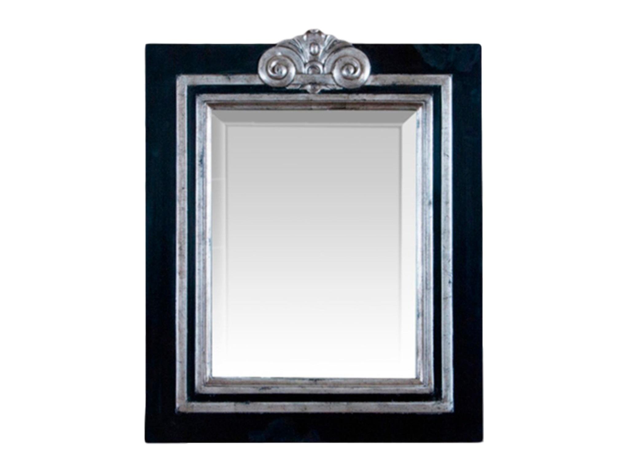 ЗеркалоНастенные зеркала<br>Зеркало в черной раме из дерева махагони, украшенной резным элементом и серебром со старением.<br><br>Material: Красное дерево<br>Ширина см: 55<br>Высота см: 65<br>Глубина см: 3