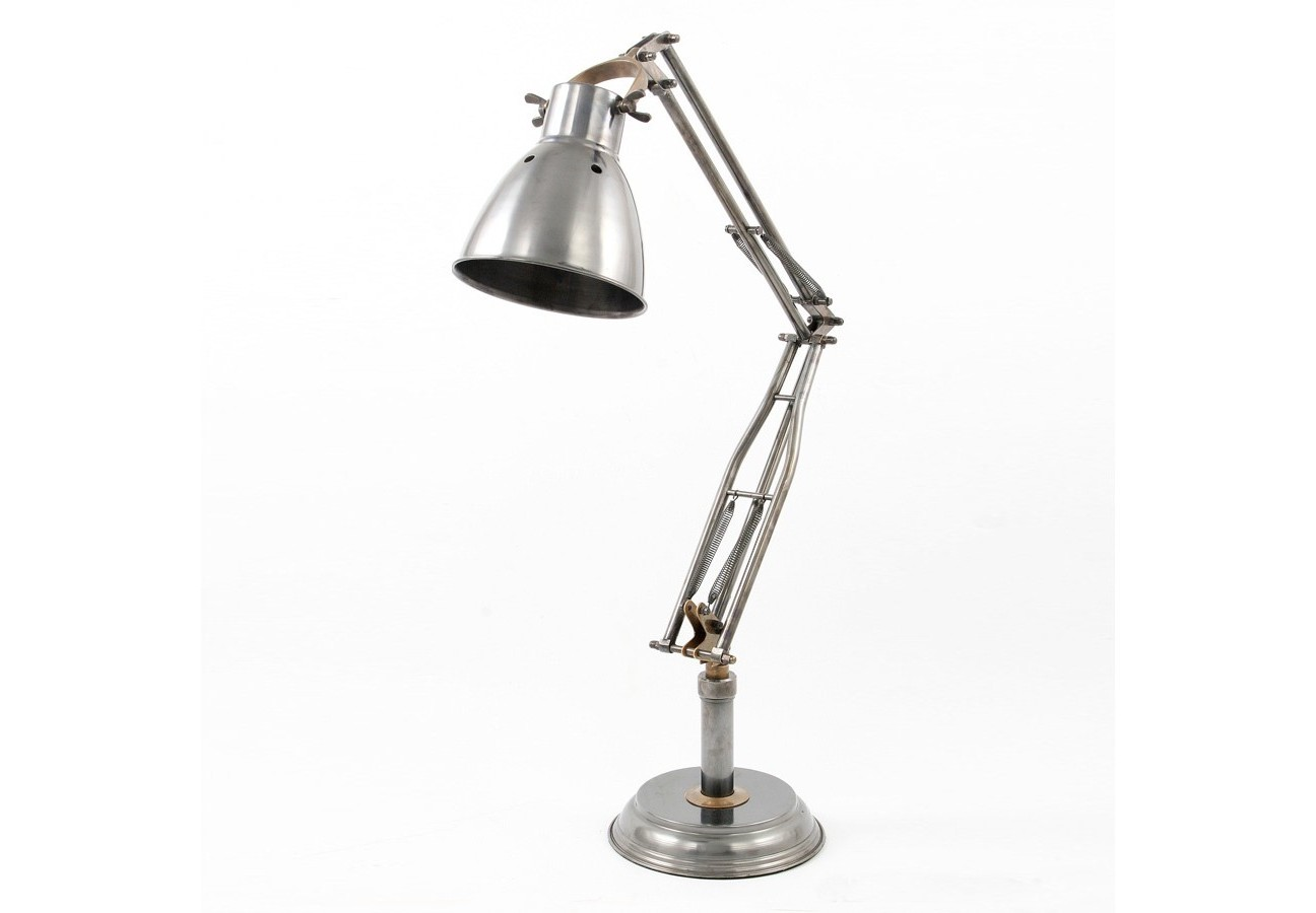 Светильник настольный RogerНастольные лампы<br>Необычный светильник с металлическим корпусом своим светом внезапно озарит Ваш мыслительный процесс за рабочим столом.<br><br>Цоколь: Е-27, max 40W<br><br>Material: Металл<br>Length см: 16<br>Width см: 16<br>Height см: 77
