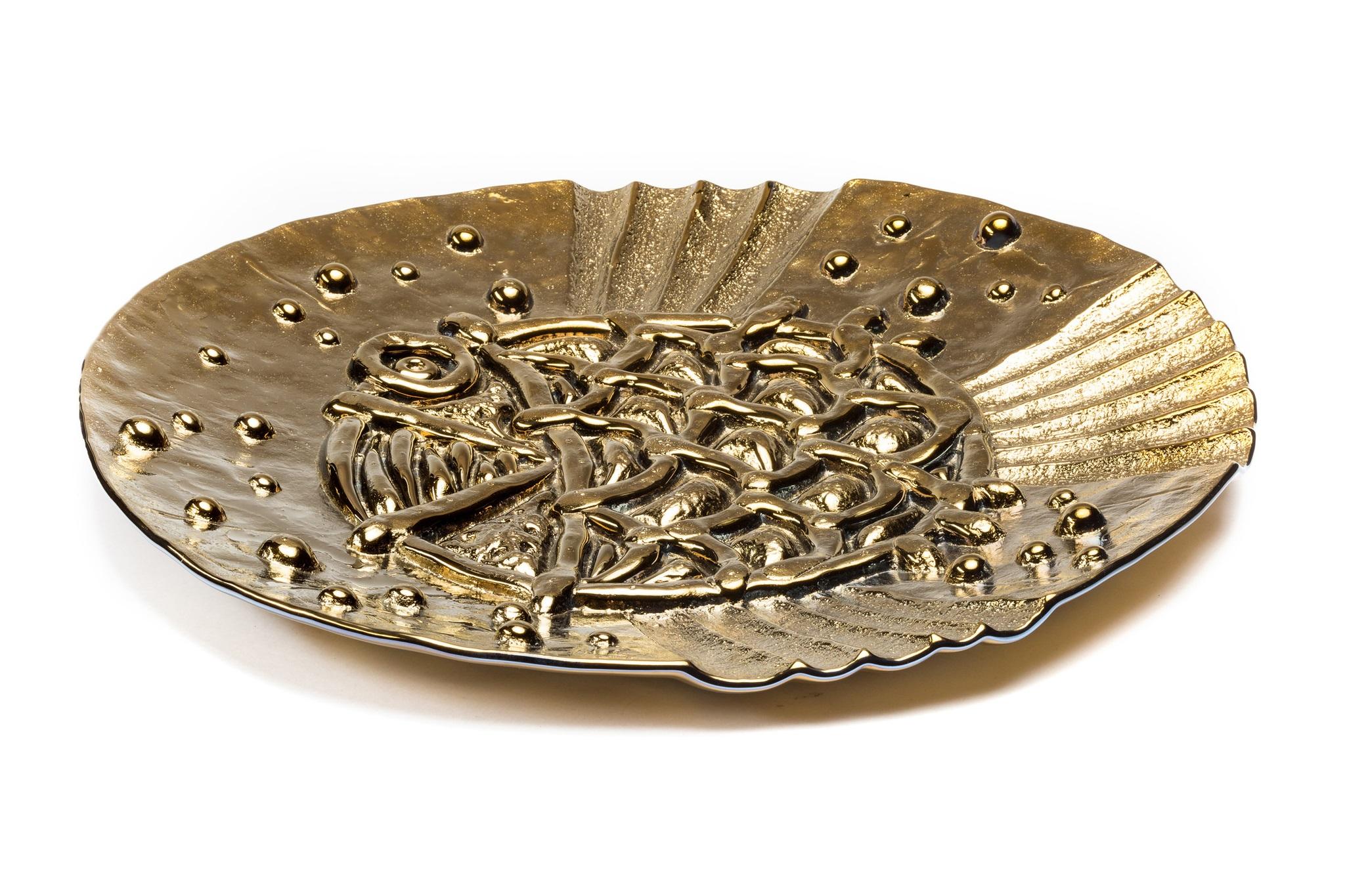 Ваза Gold FishДекоративные блюда<br>Магическая Золотая Рыбка от Plusobject – это нечто большее, чем просто предмет декора или арт-объект. Золотая Рыбка знаковый символ осуществления надежд. Если верить легенде, это изделие обладает особой энергетикой, и даже приносит удачу своему владельцу. Золотая рыбка – универсальный предмет интерьера. Вы можете закрепить ее на вертикальной поверхности или же использовать в качестве настольной вазы. Также производители предлагают подобрать другой цвет напыления.<br><br>Material: Стекло<br>Ширина см: 64<br>Высота см: 4<br>Глубина см: 59
