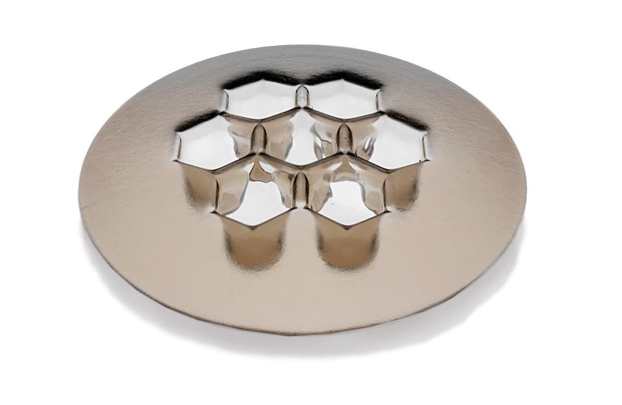 Ваза CellsДекоративные блюда<br>Благодаря своей геометрической эстетике, Cells Bronze - это стильный декор вне времени. Классическая шестигранная форма позволяет удобно разместить как домашние мелочи, так и стать необычной емкостью для орешков, сухофруктов и прочих вкусностей. А еще, это незаменимая вещь для того, чтобы сохранять порядок в элегантной форме.<br><br>Material: Стекло<br>Высота см: 7