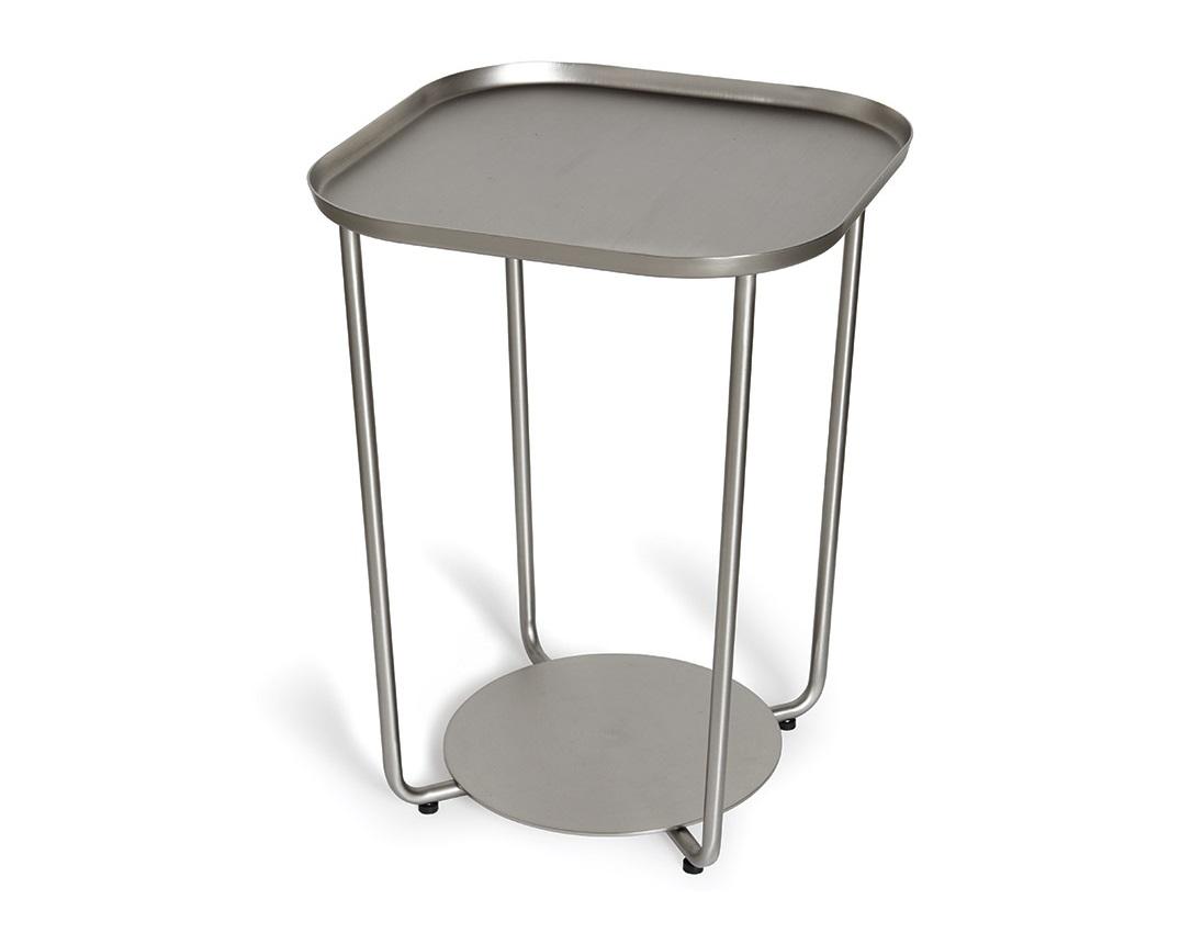 Приставной столик AnnexПриставные столики<br>Элегантный приставной столик из металла с покрытием под никель. Основание столика служит дополнительным местом хранения. Например, для кашпо с комнатными растениями, вазы с цветами или накопителя для журналов. Столик можно использовать как журнальный или кофейный столик в гостиной, прикроватный столик в спальне или просто как декоративную подставку для любимых дизайнерских объектов. Благодаря компактному размеру он отлично впишется даже  в небольшие комнаты или кабинеты.  Прорезиненные ножки на основании защитят пол от царапин.&amp;amp;nbsp;<br><br>Material: Металл<br>Width см: 38,1<br>Depth см: 38,1<br>Height см: 50,8
