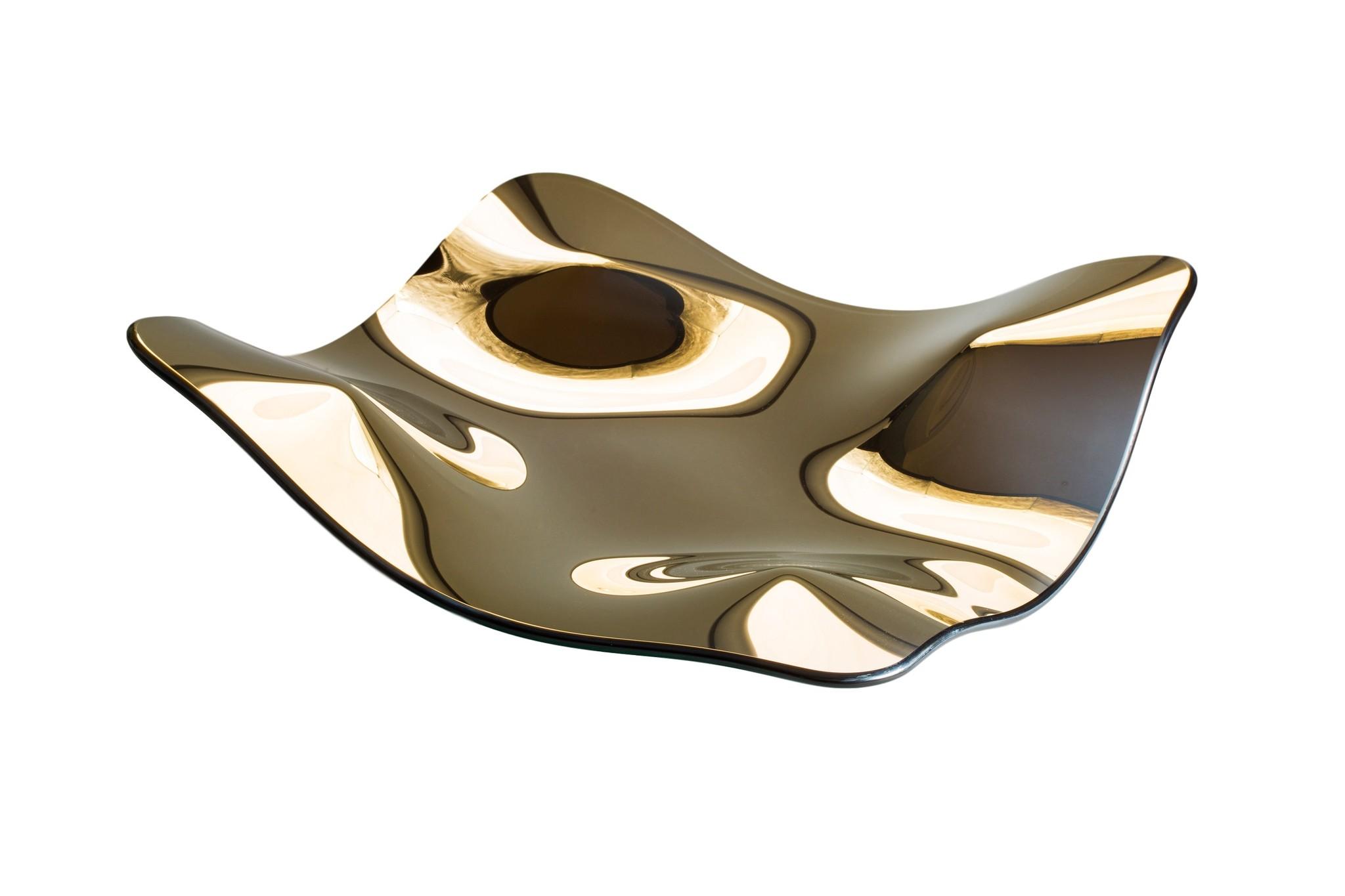Ваза MantaДекоративные блюда<br>Величественный арт-объект Manta отражает в себе пространство, превращая его в текучую воду. Благодаря такой уникальной способности, это творение может вписаться в любой как в частный, так и в общественный интерьер. Manta - это не только объект, которым можно наслаждаться визуально, но и нестандартное блюдо или ваза.<br><br>Material: Стекло<br>Ширина см: 70<br>Высота см: 16<br>Глубина см: 70