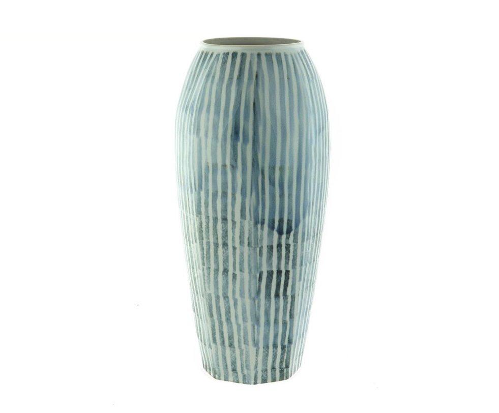 Ваза Blue and white porcelainВазы<br>Нежная, подобная цветку, ваза с волнистой, гофрированной структурой. Станет украшение романтического интерьера.<br><br>Material: Керамика<br>Height см: 51<br>Diameter см: 23