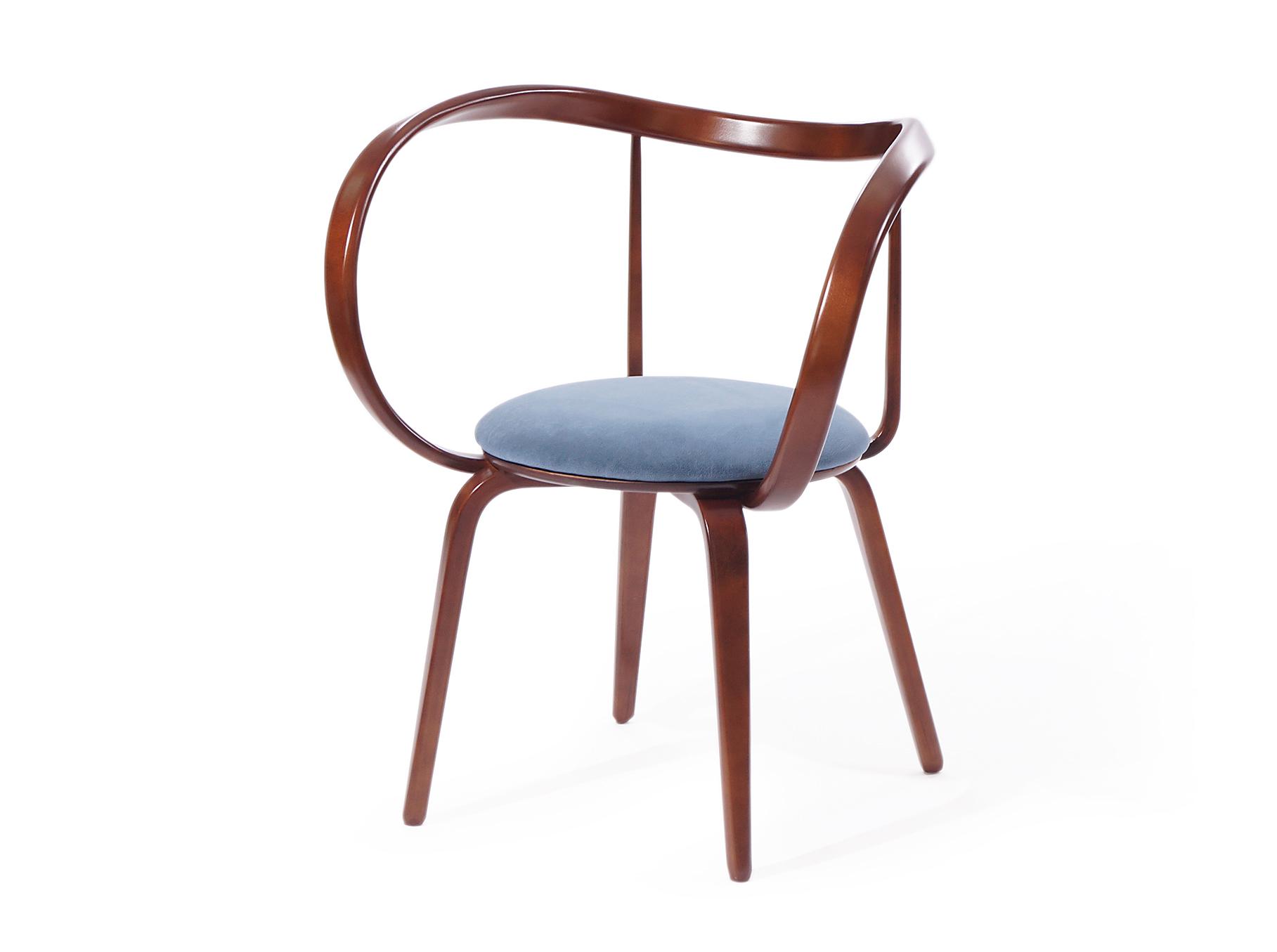 """Стул """"Apriori XL""""Обеденные стулья<br>Альтернативная модель стула авторской работы коллекции Apriori с подлокотниками изготовлена из высококачественных материалов и является образцом оригинального дизайна.<br>Этот стул будет прекрасно сочетаться с моделями из коллекции, а также и с имеющимися в Вашем интерьере предметами. Изящные формы придают ему ощущение лёгкости, что делает его особенно желанным предметом.<br><br>Material: Дерево<br>Ширина см: 73<br>Высота см: 83<br>Глубина см: 53"""