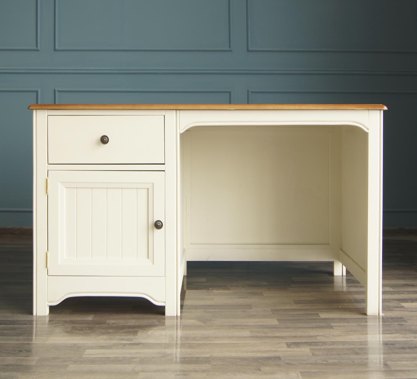 Стол  OliviaПисьменные столы<br>Материал: Массив березы,массив ясеня,береза,&amp;lt;div&amp;gt;Цвет столешницы: Орех&amp;lt;/div&amp;gt;<br><br>Material: Береза<br>Ширина см: 135<br>Высота см: 76<br>Глубина см: 70