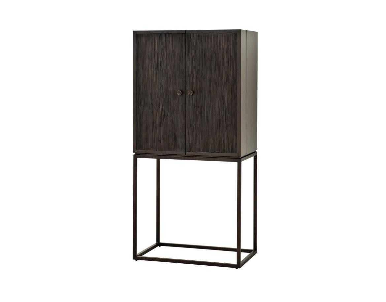 ШкафВинные шкафы<br>Барный шкаф Cabinet DeLaRenta с двумя створками, на ножках из металла бронзового цвета. Шкаф выполнен из дерева кофейно-коричневого цвета.<br><br>Material: Дерево<br>Ширина см: 81<br>Высота см: 168<br>Глубина см: 50