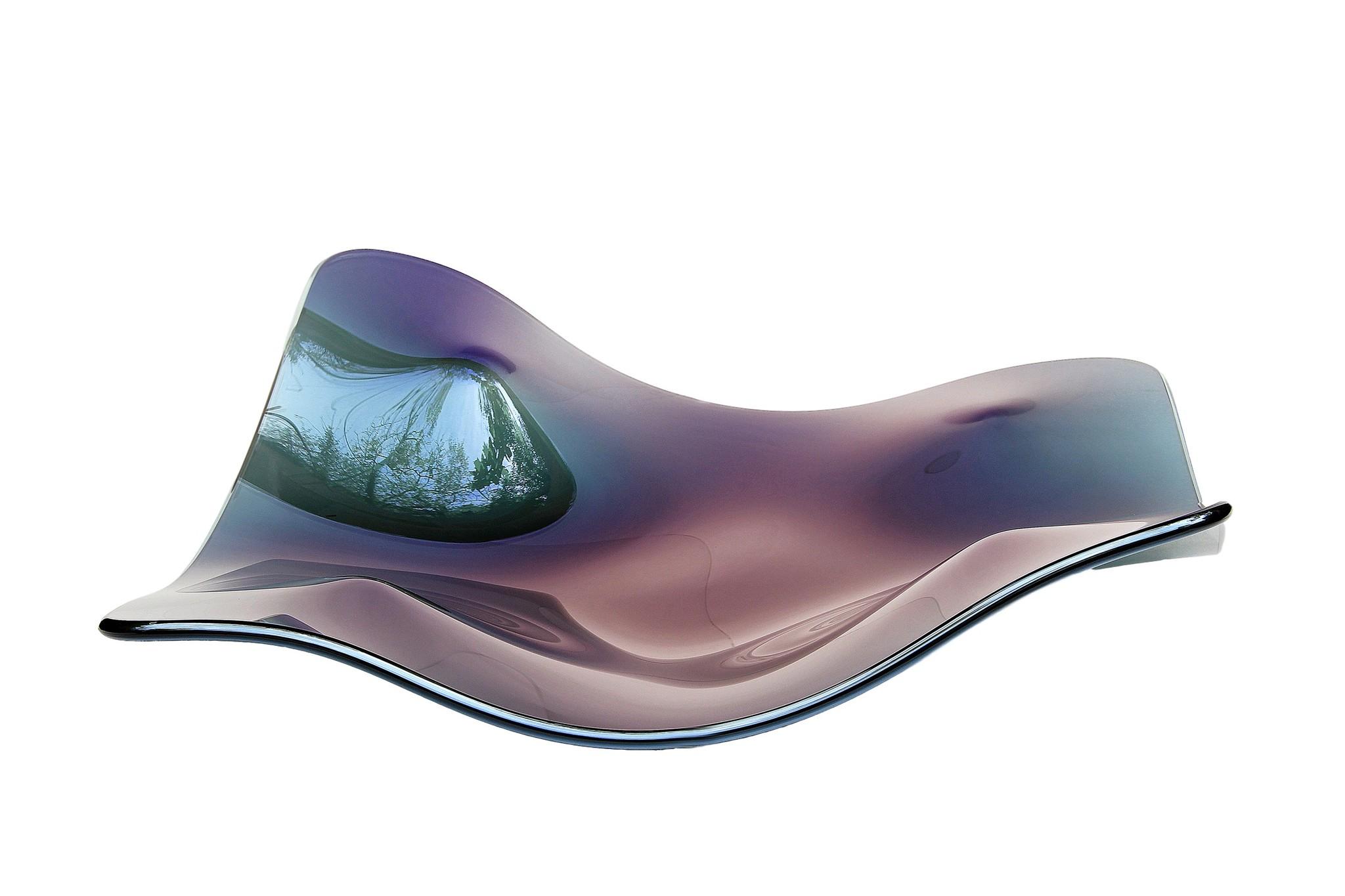 Ваза MantaДекоративные блюда<br>Manta Indigo - это симбиоз стихий и иллюзий, которые завораживают с первого взгляда. Удивительный арт-объект покоряет своей легкостью и в тоже время недоступностью, ведь цветовое решение этого объекта покоряет и гипнотизирует. Словно тысячи планет и созвездий сочетаются на одной поверхности этого творения мастерской братьев Фомичевых. Впечатляет не только форма и цветовое решение Manta Indigo, но и ее функциональность, ведь она с легкостью может стать украшением любого обеденного стола.<br><br>Material: Стекло<br>Ширина см: 70<br>Высота см: 16<br>Глубина см: 70