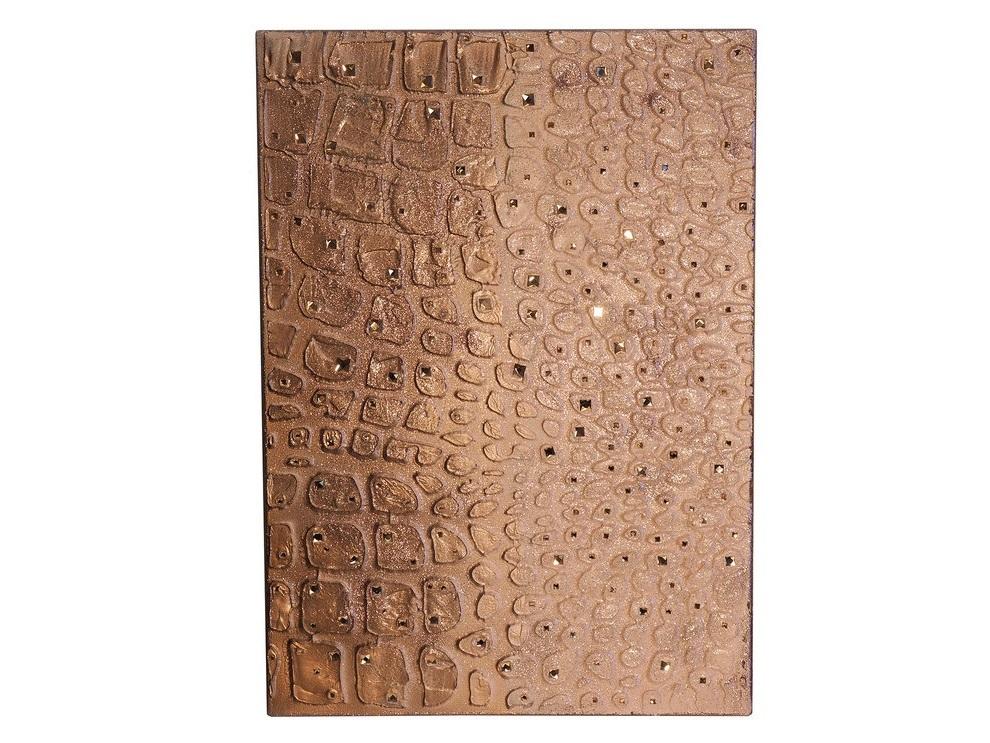 Настенное панно АллигаторПанно<br>Объемное настенное панно выполнено в анималистическом стиле и представляют собой имитацию кожи аллигатора  холст на галлерейном подрамнике, акриловые краски,акриловый лак, кристаллы розово-телесного цвета, глиттер(блестки)<br><br>Material: Холст<br>Ширина см: 50<br>Высота см: 70<br>Глубина см: 4