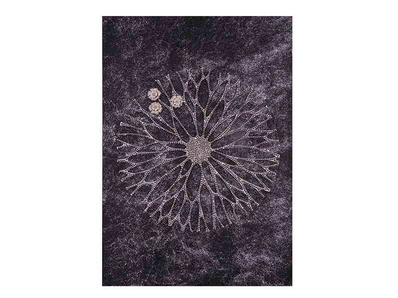 Настенное панно Цветок из сказки Братьев ГриммПанно<br>Изысканный шедевр включает в себя роскошную текстуру из черно-серых переливов и цветок, выполненный с помощью резки, и покрытый тысячами переливающихся серебряных кристаллов Великолепно смотрится в абсолютно любом интерьере, наделяя его почти мистическим ореолом. Цветок, словно проступающий из лилового полумрака, переливается в глиттерах, символизирующих новорожденную утреннюю росу.<br><br>Material: Холст<br>Width см: 100<br>Depth см: 4<br>Height см: 70
