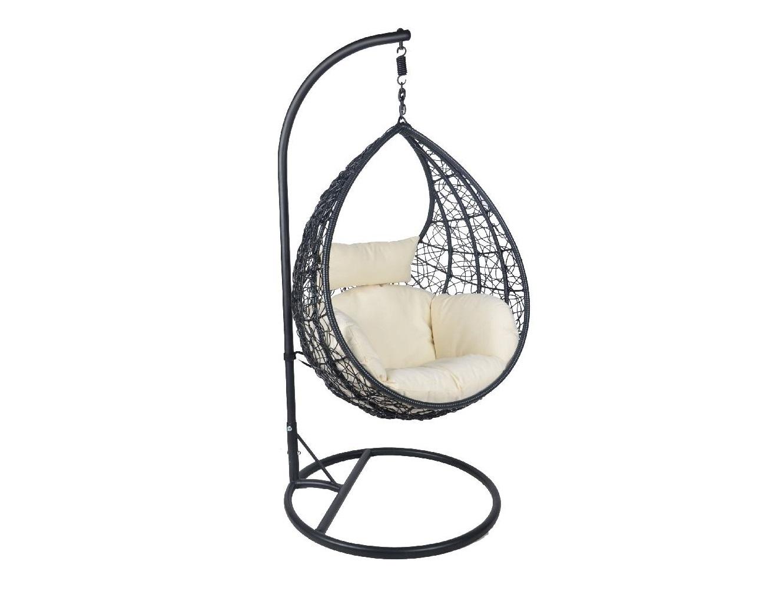Кресло подвесноеПодвесные кресла<br>Очень комфортные подушки с ушками по бокам и мягким подголовником. Благодаря оригинальному дизайну чаши можно откинуть голову назад и наслаждаться безмятежным отдыхом.&amp;amp;nbsp;&amp;lt;div&amp;gt;&amp;lt;br&amp;gt;&amp;lt;/div&amp;gt;&amp;lt;div&amp;gt;Стойка и основание: металл, порошковая покраска, цвет черный, матовый. Оплетка: круглый искусственный ротанг, цвет черный. Подушка: водоотталкивающая ткань, цвет подушки - бежевый.&amp;lt;/div&amp;gt;<br><br>Material: Искусственный ротанг<br>Ширина см: 93<br>Высота см: 115<br>Глубина см: 67