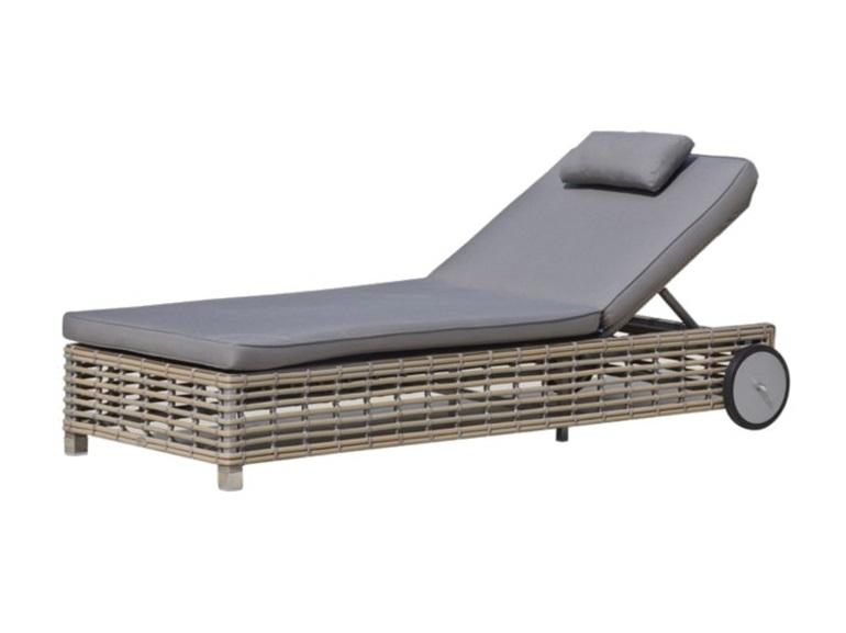 Шезлонг CastriesШезлонги<br>Садовая мебель испанской фабрики Skyline Design  делается в ручную. Основной материал – очень прочное синтетическое волокно Viro или Rehau, внешне похожее на ротанг. Материал не теряет своих качеств со временем, устойчив к перепадам температуры (до -70 С), осадкам и солнечному излучению.<br><br>Material: Искусственный ротанг<br>Width см: 88<br>Depth см: 201<br>Height см: 30