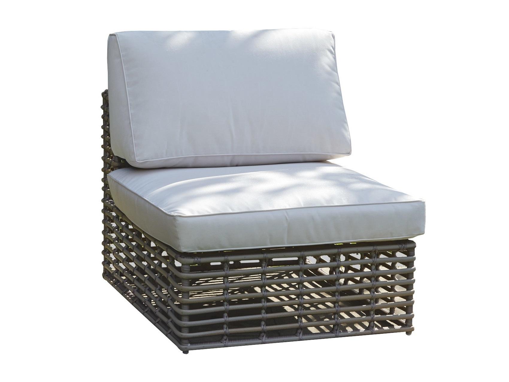Центральный модуль CastriesКомплекты уличной мебели<br>&amp;lt;div&amp;gt;Центральный модуль дивана Castries.&amp;lt;/div&amp;gt;&amp;lt;div&amp;gt;&amp;lt;br&amp;gt;&amp;lt;/div&amp;gt;Садовая мебель испанской фабрики Skyline Design  делается в ручную. Основной материал – очень прочное синтетическое волокно Viro или Rehau, внешне похожее на ротанг. Материал не теряет своих качеств со временем, устойчив к перепадам температуры (до -70 С), осадкам и солнечному излучению.<br><br>Material: Искусственный ротанг<br>Ширина см: 99<br>Высота см: 66<br>Глубина см: 76