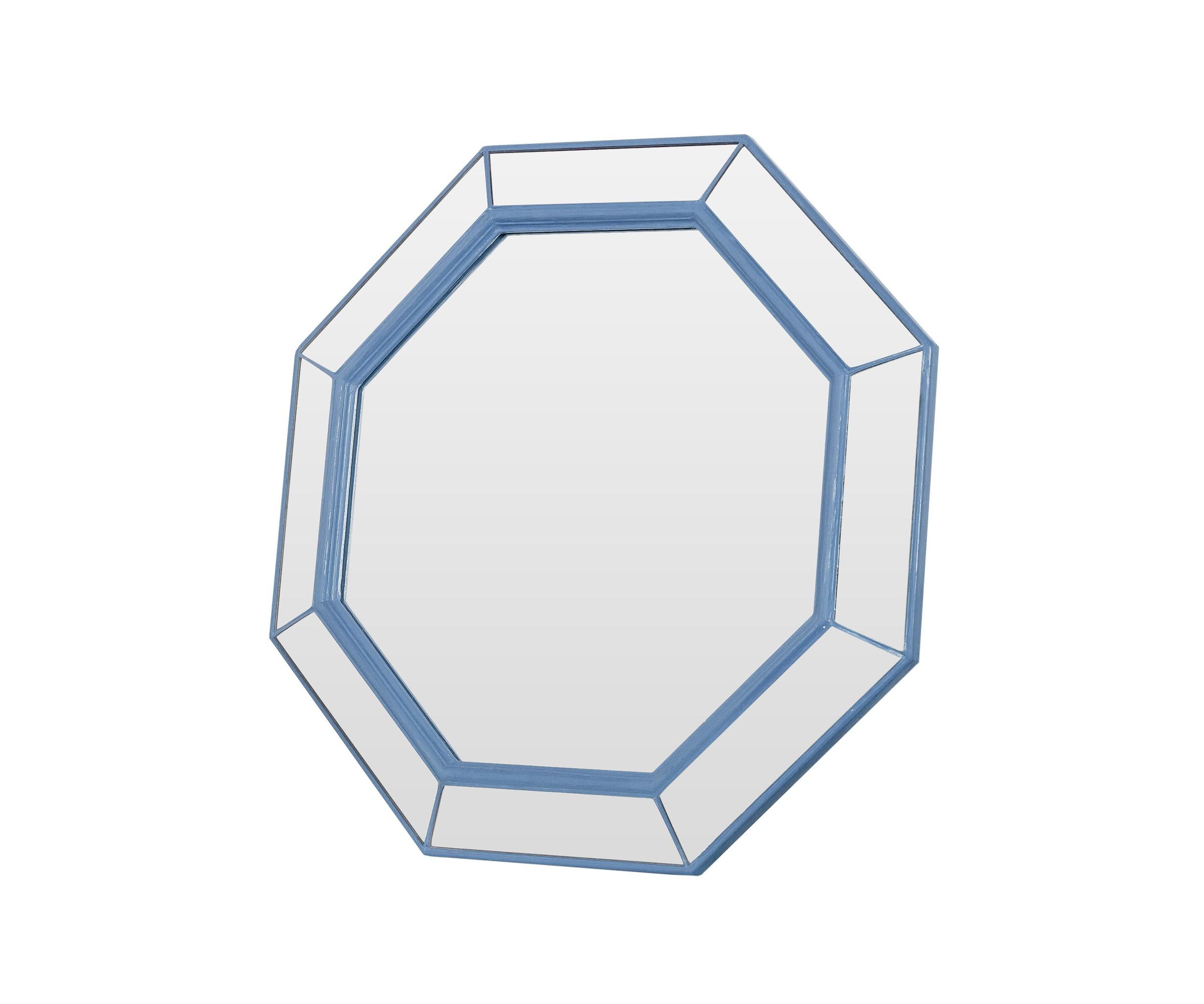 Зеркало ручной работы МорскоеНастенные зеркала<br>Это зеркало создано специально для тех, кто любит яркие детали в интерьере. Оно изготовлено исключительно вручную. Оригинальная форма и нежно-голубой контур добавят в интерьер вашего дома приятных эмоций, а внушительный размер сделает его центральным элементом дизайнерской композиции.&amp;amp;nbsp;&amp;lt;div&amp;gt;&amp;lt;br&amp;gt;&amp;lt;/div&amp;gt;&amp;lt;div&amp;gt;Материалы: основа - массив дерева; рама - натуральное дерево; зеркальное полотно - классическое зеркало серебряной амальгамы.&amp;lt;/div&amp;gt;<br><br>Material: Дерево<br>Ширина см: 59<br>Высота см: 59<br>Глубина см: 5