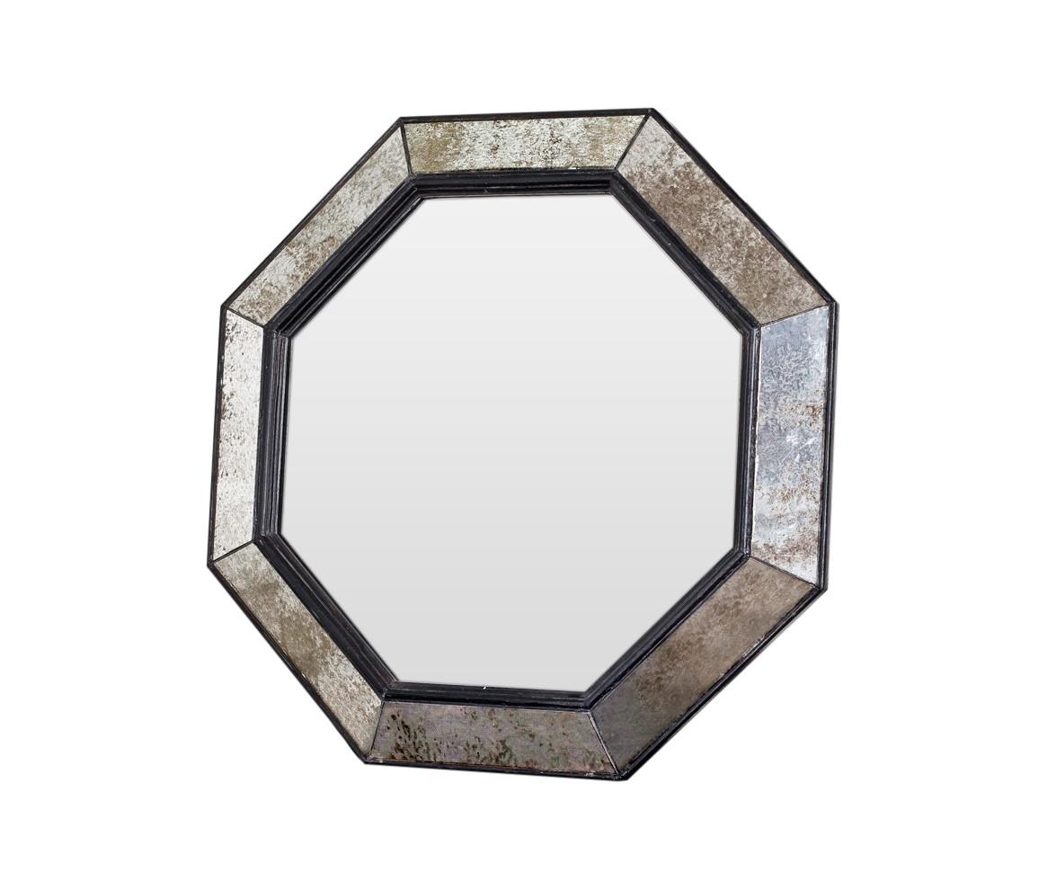 Зеркало ручной работы Черный лебедьНастенные зеркала<br>Эксклюзивное зеркало ручной работы выполнено в форме роскошного бриллианта. Над его созданием кропотливо трудились руки самых искусных мастеров. Благодаря гармоничному сочетанию классического и поталевого зеркал, обыкновенный предмет интерьера превратился в настоящее произведение искусства. Оно идеально дополнит интерьер прихожей, а также станет центральным элементом в оформлении гостиной или спальни хозяев дома.&amp;amp;nbsp;&amp;lt;div&amp;gt;&amp;lt;br&amp;gt;&amp;lt;/div&amp;gt;&amp;lt;div&amp;gt;Материалы: основа - массив дерева; рама - натуральное дерево, состаренное зеркало серебряной амальгамы; зеркальное полотно - классическое зеркало серебряной амальгамы.&amp;amp;nbsp;&amp;lt;/div&amp;gt;<br><br>Material: Дерево<br>Ширина см: 59<br>Высота см: 59<br>Глубина см: 5