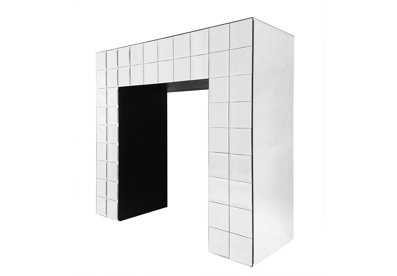 Консоль QuadroНеглубокие консоли<br>Консоль Quadro - это роскошный предмет мебели, который придется по вкусу ценителям изысканных и дорогих вещей. Фасад консоли сделан из зеркальной плитки с фацетом. Консоль увеличивает пространство, за счет этого консоль идеально впишется в любую комнату Вашего дома.<br><br>Material: Стекло<br>Высота см: 92<br>Глубина см: 35