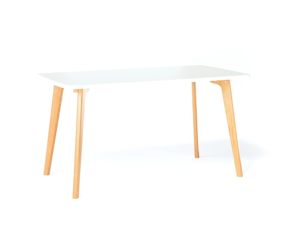 Обеденный стол SangoОбеденные столы<br>Обеденный стол SANGO объединяет в себе простоту, комфорт и индивидуальность. Прочное основание, большая поверхность и почти классическая прямоугольная форма столешницы позволяют использовать стол SANGO в любом интерьере.<br><br>Material: Дуб<br>Length см: None<br>Width см: 135<br>Depth см: 80<br>Height см: 75<br>Diameter см: None