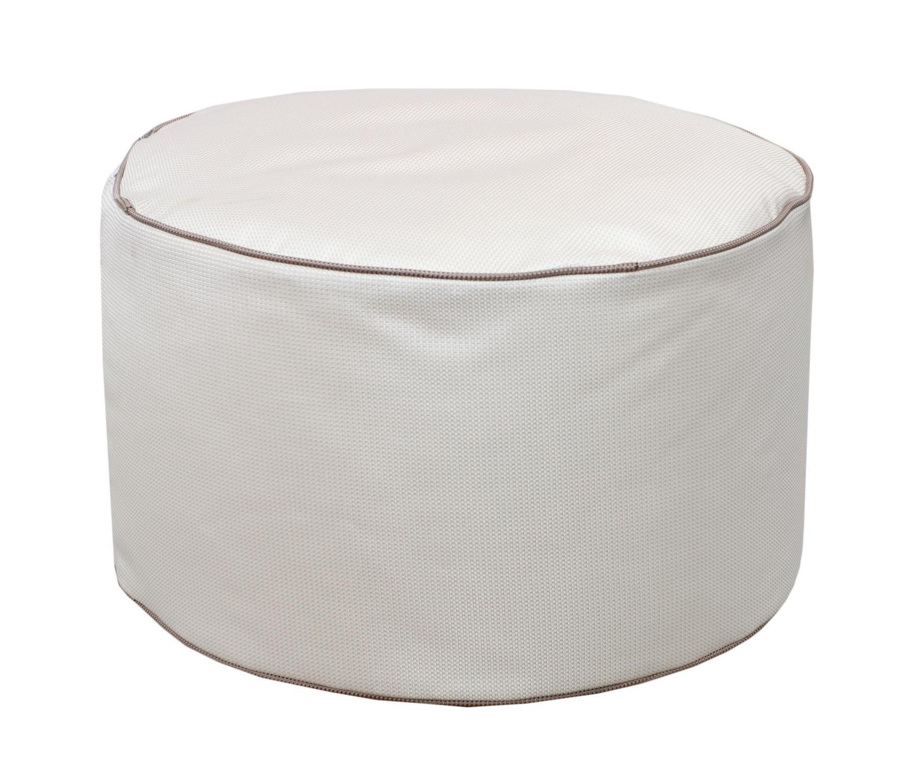 Круглый пуф  White PearleФорменные пуфы<br>Этот круглый пуф необыкновенно легок (900 гр) и функционален. Пуф сшит из очень плотной ткани с водооталкивающим покрытием с внешней стороны, поэтому идеально подойтет для уличного декора.При загрязнении его достаточно протереть мокрой салфеткой.<br><br>Material: Текстиль<br>Высота см: 30