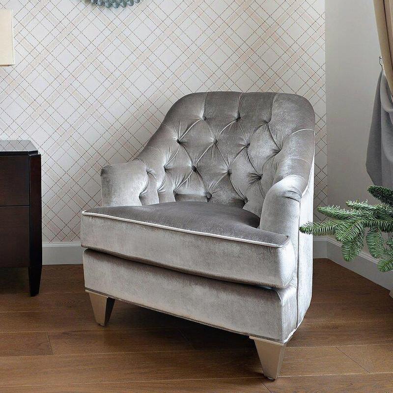 Кресло MestreИнтерьерные кресла<br>Кресло выполнено в стиле Неоклассика. Обито  серебристо-серым велюром, внутрення часть спинки декорирована стежкой капитоне. Каркас сделан из массива дерева.<br><br>Material: Текстиль<br>Width см: 73.5<br>Depth см: 89<br>Height см: 87.5