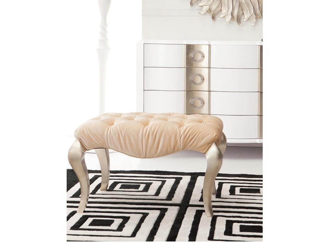 Банкетка RiminiБанкетки<br>Ножки кабриоль покрыты сусальным серебром. Сиденье обито бежево-золотистым велюром и декорировано стежкой капитоне.&amp;amp;nbsp;&amp;lt;div&amp;gt;Сделан из массива дерева.&amp;lt;br&amp;gt;&amp;lt;/div&amp;gt;<br><br>Material: Велюр<br>Width см: 72<br>Depth см: 52<br>Height см: 47
