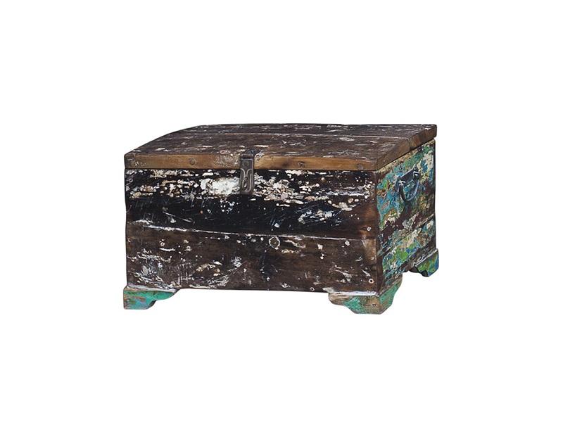 Сундук ГалаСтаринные сундуки<br>Сундук для хранения вещей, выполненный из старой рыбацкой лодки с сохранением оригинальной многослойной окраски.<br><br>Имеет 1 откидывающуюся дверцу с замком.<br>Подходит для использования как внутри помещения, так и снаружи.<br>Сборка не требуется.<br>Страна производитель - Индонезия.<br> <br><br>Материал и состав<br><br>Предмет изготовлен из ценных твердых пород древесины (тик, махогон, суар), обладающих высокой износостойкостью, долговечностью и водоотталкивающими свойствами. Древесину с такими свойствами использовали индонезийские рыбаки для создания лодок, а мебель из нее подходит для использования как внутри помещения, так и снаружи. Покрыт натуральным шеллаком.<br><br>Material: Тик<br>Ширина см: 50.0<br>Высота см: 25.0<br>Глубина см: 25.0
