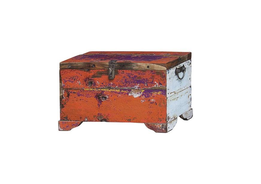 Сундук ГалаСтаринные сундуки<br>Сундук для хранения вещей, выполненный из старой рыбацкой лодки с сохранением оригинальной многослойной окраски.<br><br>Имеет 1 откидывающуюся дверцу с замком.<br>Подходит для использования как внутри помещения, так и снаружи.<br>Сборка не требуется.<br>Страна производитель - Индонезия.<br> <br><br>Материал и состав<br><br>Предмет изготовлен из ценных твердых пород древесины (тик, махогон, суар), обладающих высокой износостойкостью, долговечностью и водоотталкивающими свойствами. Древесину с такими свойствами использовали индонезийские рыбаки для создания лодок, а мебель из нее подходит для использования как внутри помещения, так и снаружи. Покрыт натуральным шеллаком.<br><br>Material: Тик<br>Ширина см: 50<br>Высота см: 25<br>Глубина см: 25