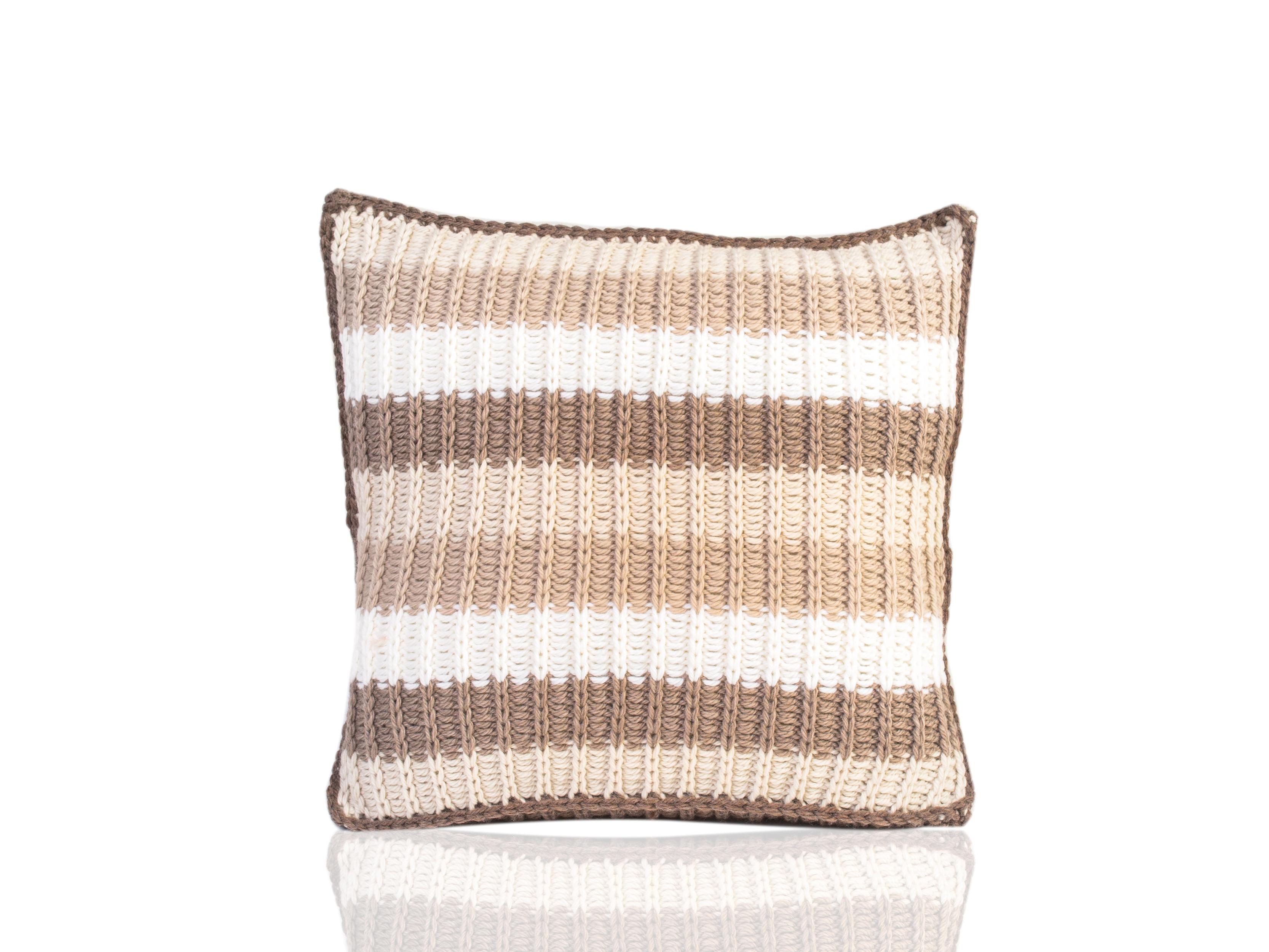 Подушка IrtyshКвадратные подушки и наволочки<br>Иртыш - вязаная диванная подушка ручной работы - сделана из высококачественных материалов в Барселоне, Испания. Яркая, мягкая и красивая, эта вещь в традиционном стиле добавит комфорта и уюта любому домашнему декору.&amp;amp;nbsp;&amp;lt;div&amp;gt;&amp;lt;br&amp;gt;&amp;lt;/div&amp;gt;&amp;lt;div&amp;gt;Состав наволочки: 55% шерсть мериноса / 45% акрил&amp;amp;nbsp;&amp;lt;/div&amp;gt;&amp;lt;div&amp;gt;Наполнитель (вынимающаяся подушка): 100% полиэстер&amp;amp;nbsp;&amp;lt;/div&amp;gt;<br><br>Material: Шерсть<br>Ширина см: 40.0<br>Высота см: 40.0<br>Глубина см: 10.0