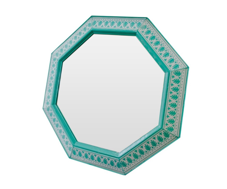 Зеркало ручной работы ГрейсНастенные зеркала<br>Когда художник находится в процессе творчества, его могут вдохновить совершенно неожиданные вещи. Например, старинные книги по архитектуре, на страницах которых создатель зеркала нашел удивительный флористический орнамент. Благодаря тщательно подобранным оттенкам мастер создал волшебный бирюзовый цвет, который обязательно добавит в Ваш дом теплоту и нежность.<br><br>Material: Дерево<br>Width см: 60<br>Depth см: 4<br>Height см: 60